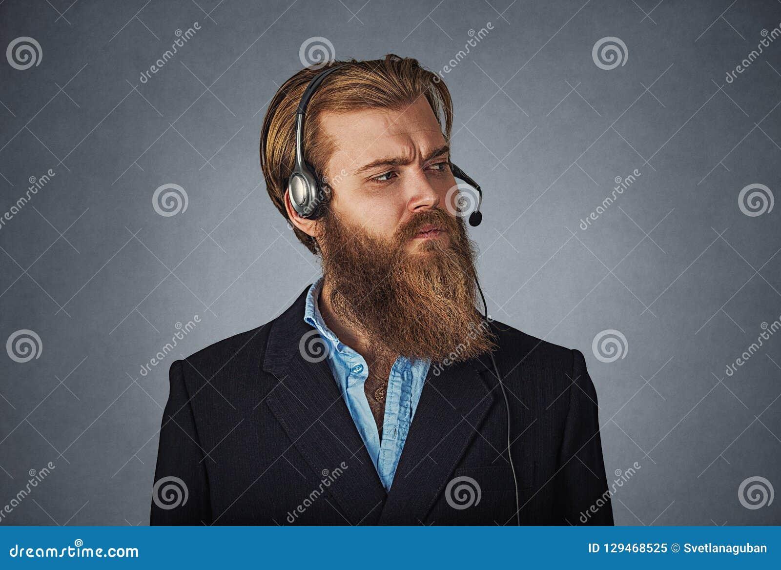 Homem sério que trabalha como um serviço ao cliente