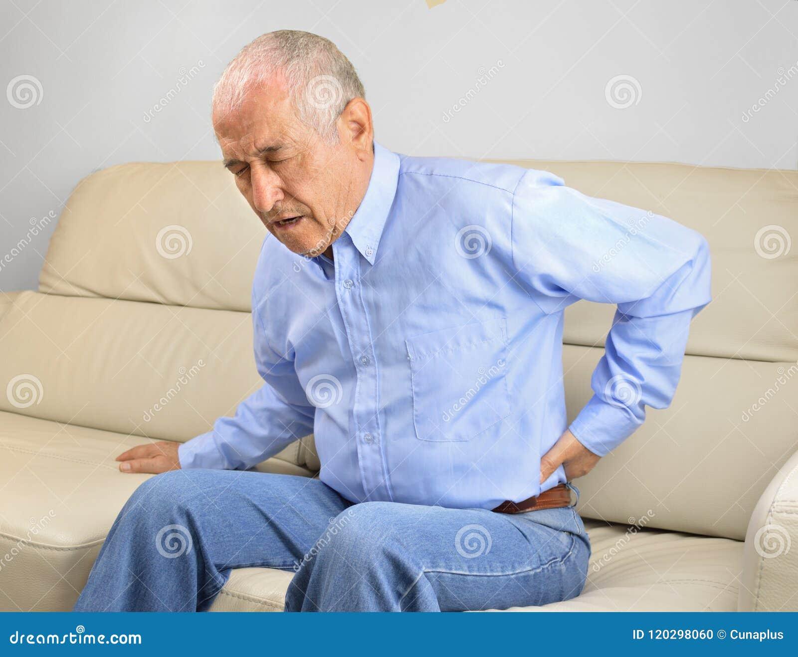 Homem sênior com dor traseira