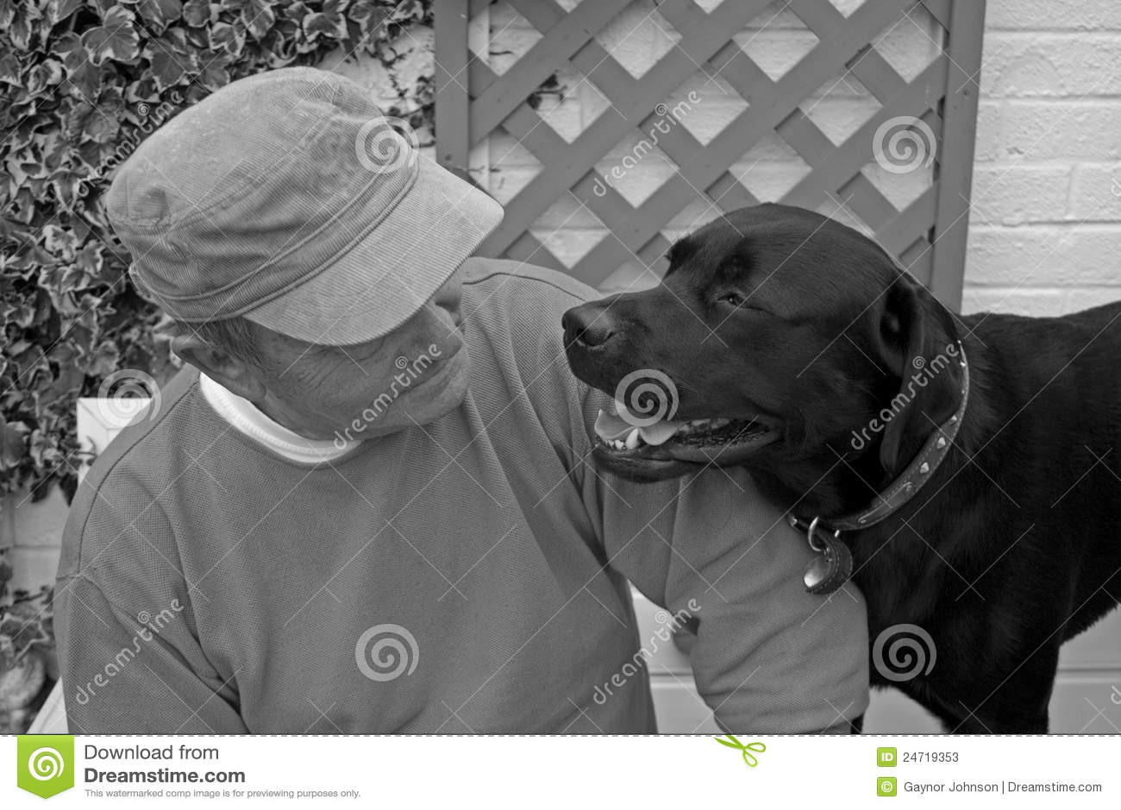 Homem sênior e seu cão