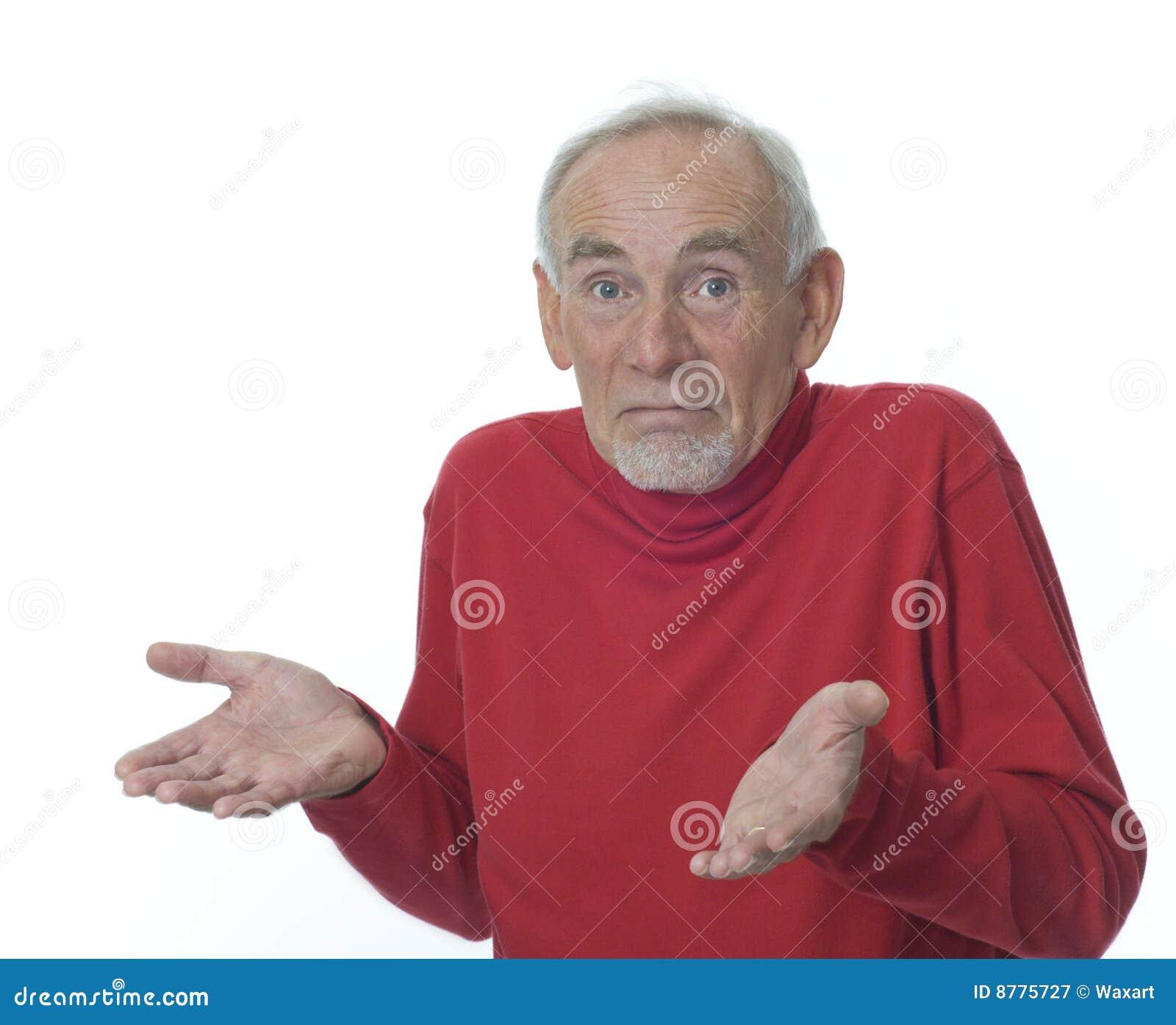 Homem sênior que shrugging seus ombros