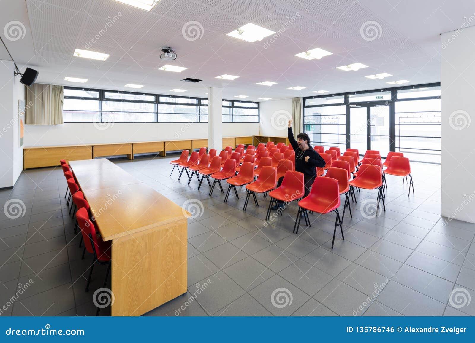 Homem só na sala de conferências vazia, conceito