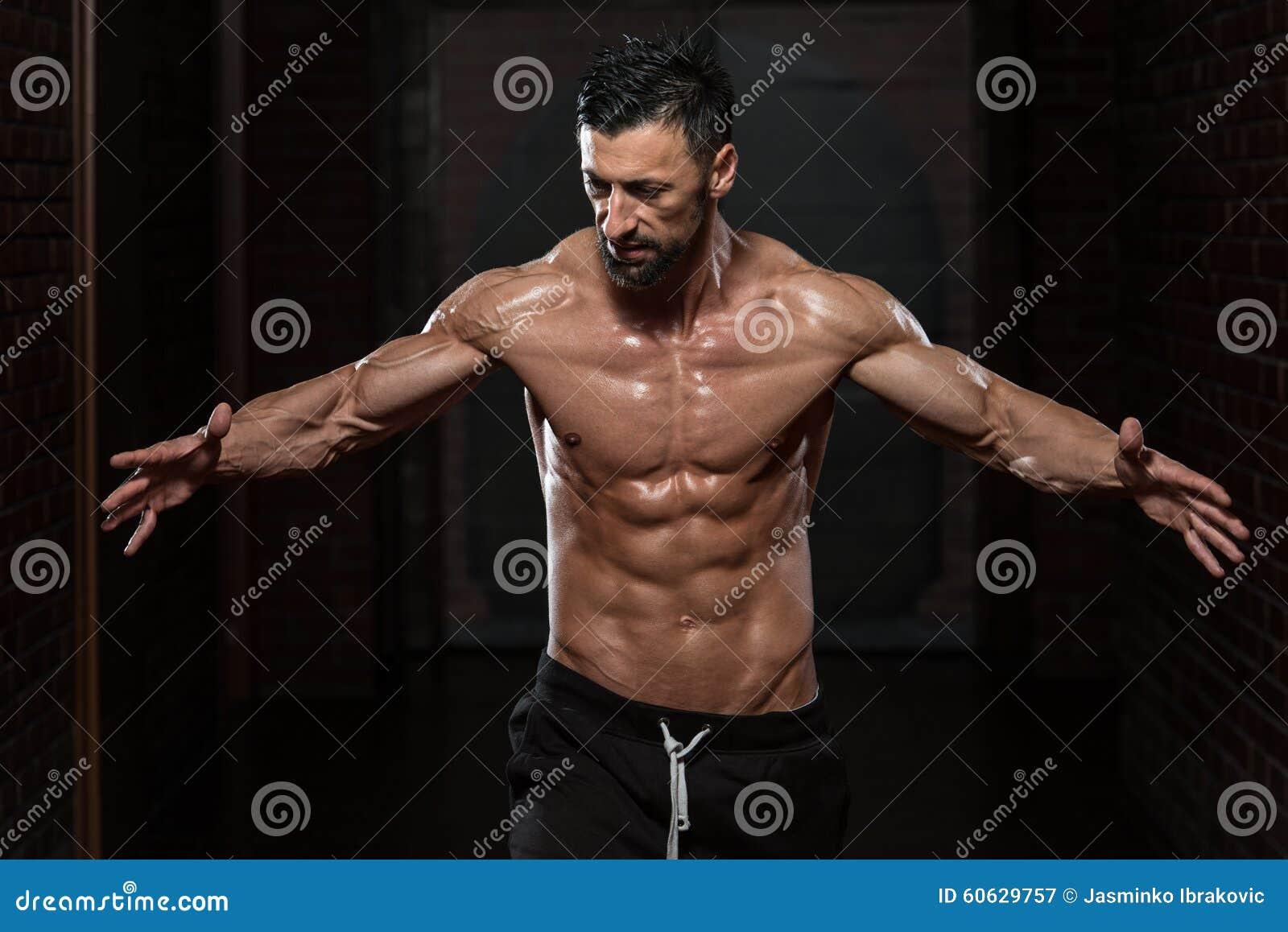 Homem saudável que dobra os músculos