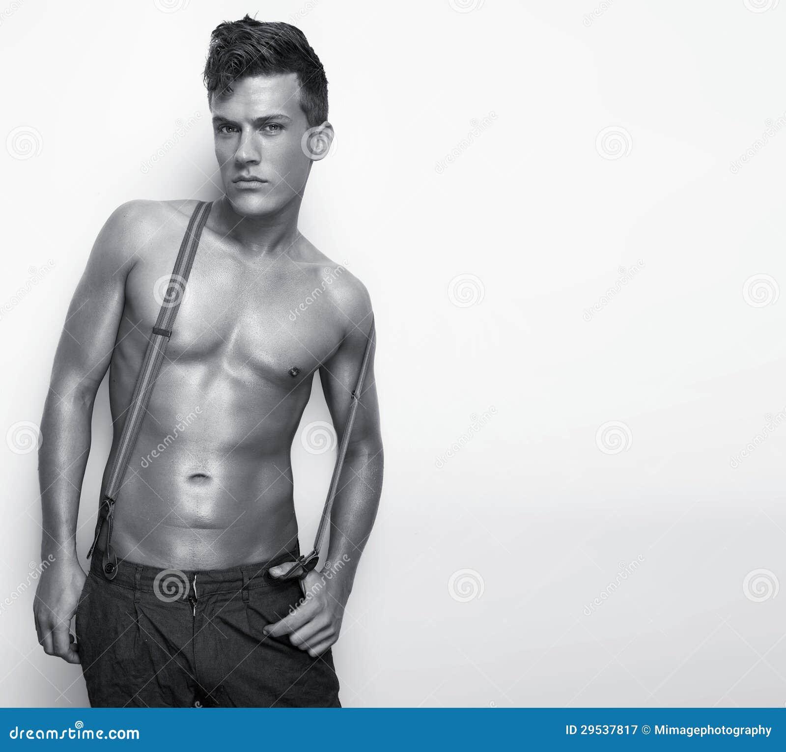 Homem  sexy  descamisado
