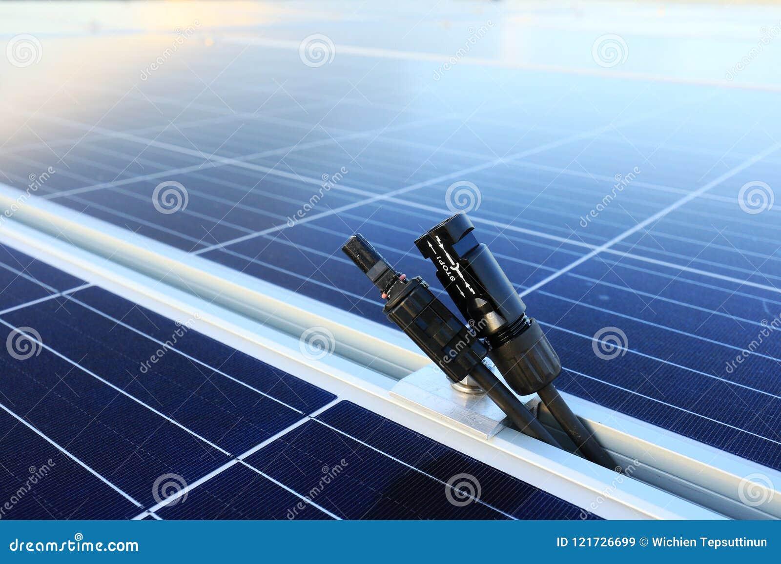 Homem solar dos conectores do picovolt e desligado fêmea