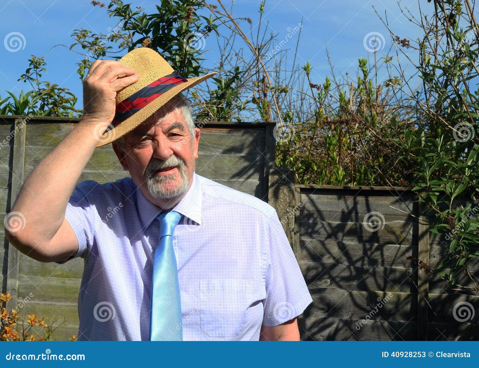 Homem superior com chapéu de palha que diz o bom dia