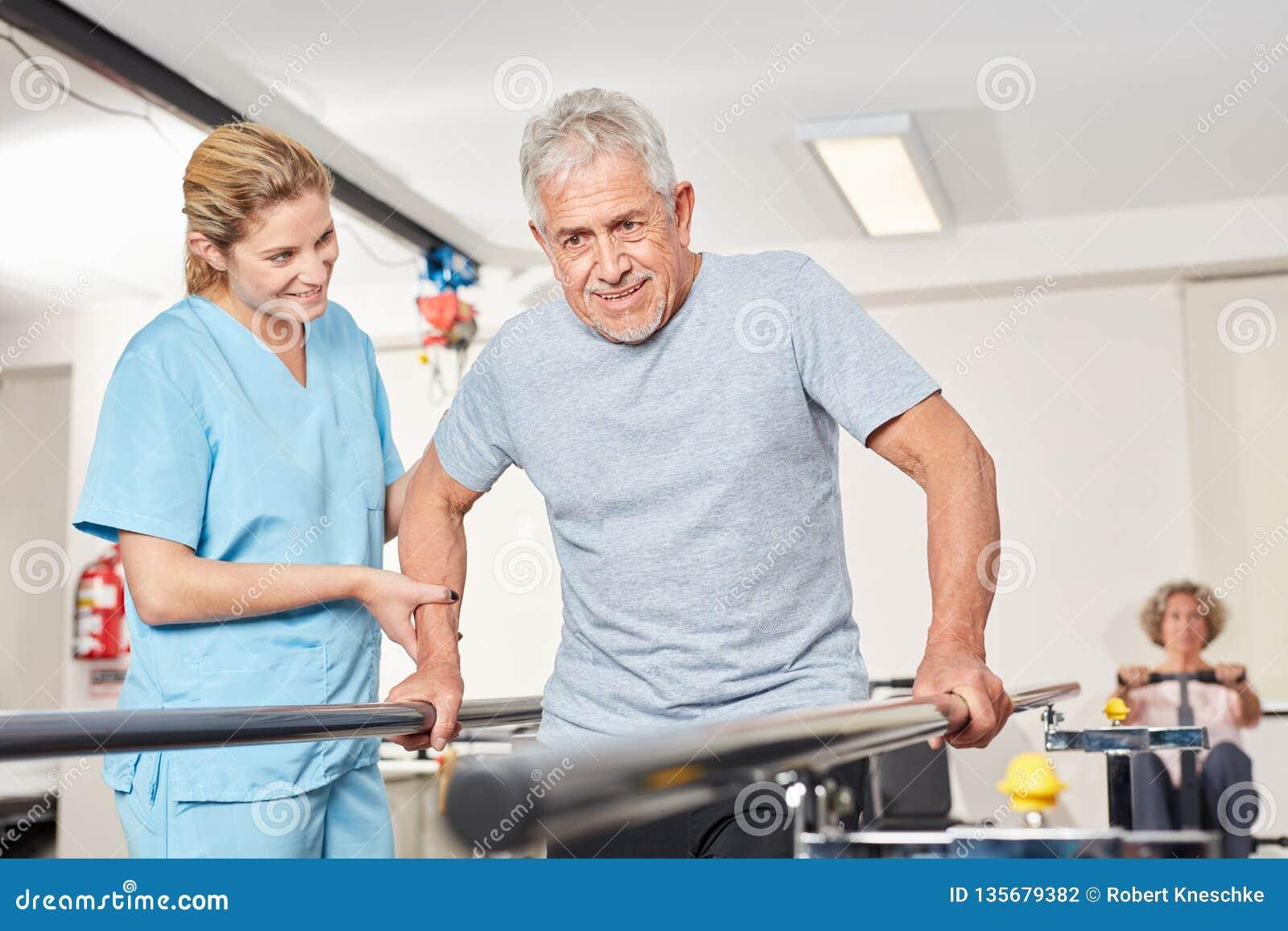 Homem superior com o fisioterapeuta na escada rolante