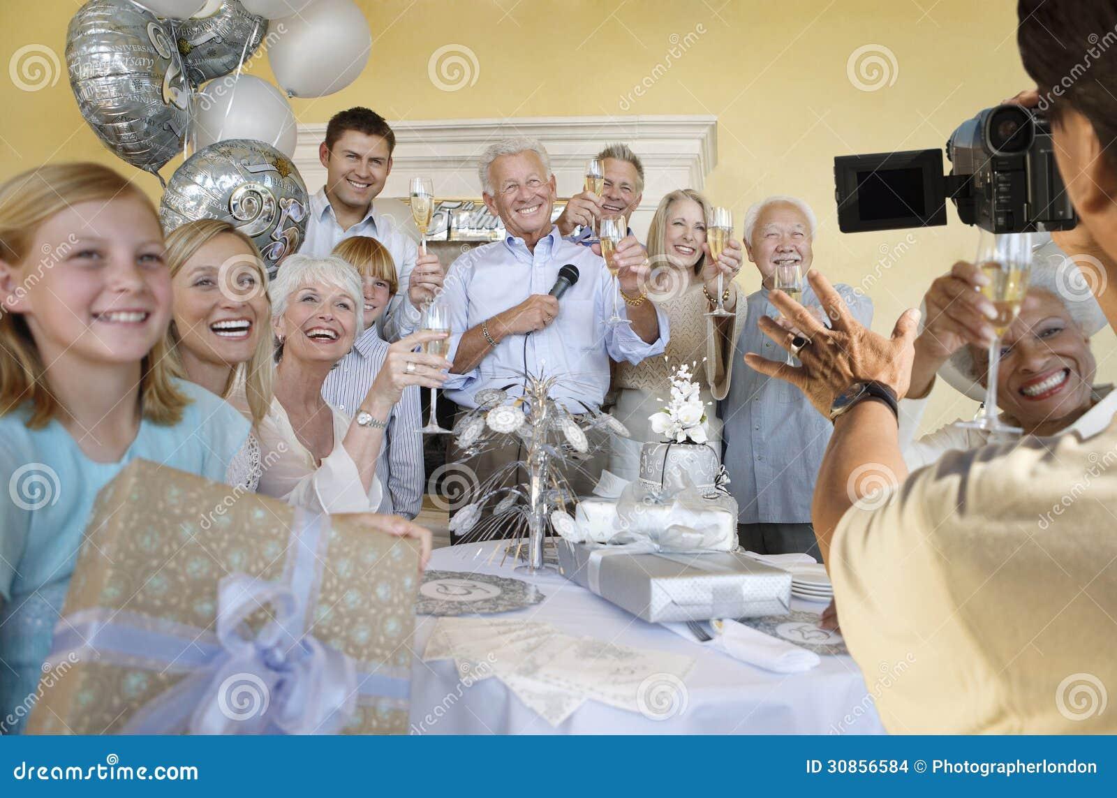 Homem superior que comemora o começo da aposentadoria com família e amigos