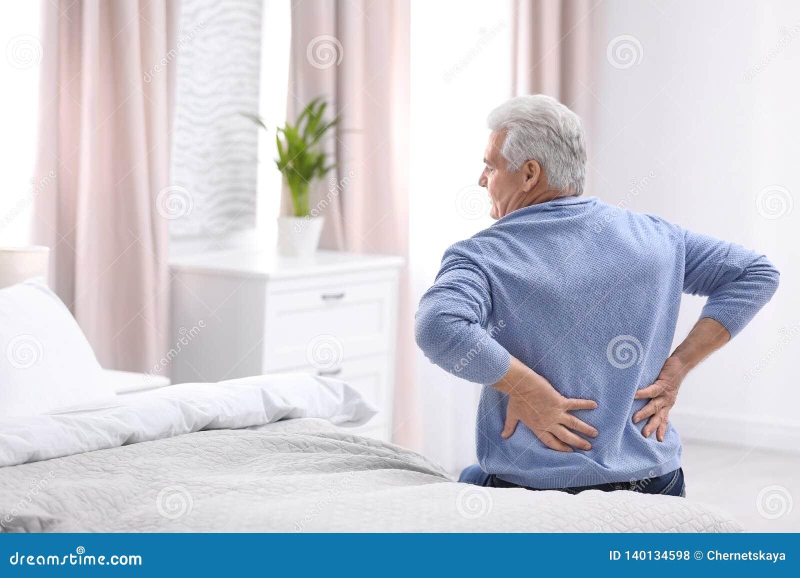 Homem superior que sofre da dor nas costas