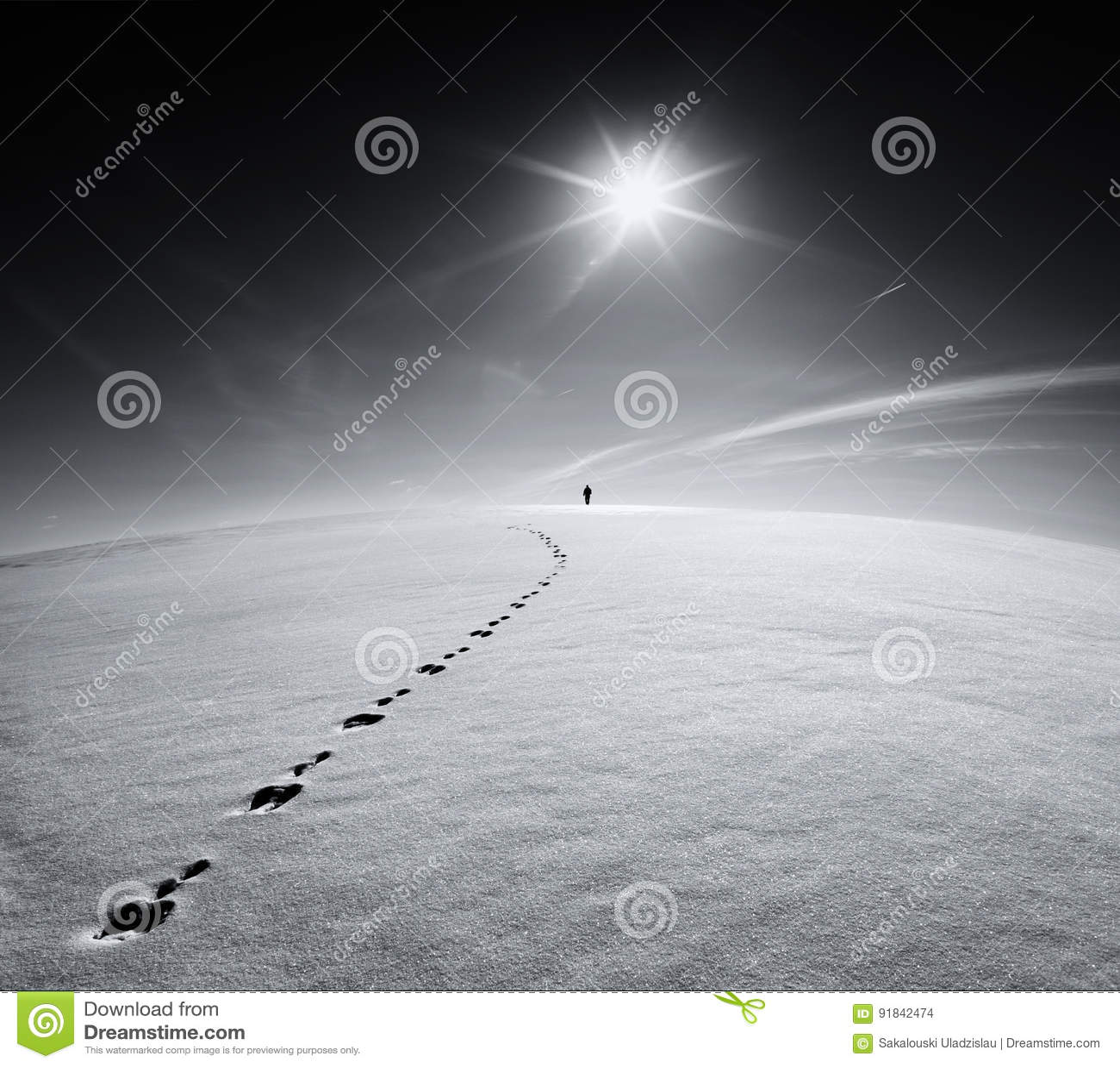 Homem Terra Universo O homem só que andam no campo da crosta da neve na fuga de uma lebre no fundo do sol e o voo aplanam