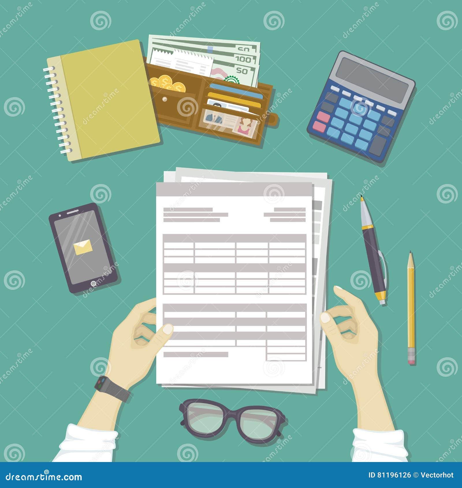 Homem  trabalho com originais As mãos humanas guardam as contas, folha de pagamento, formulário de imposto Local de trabalho com