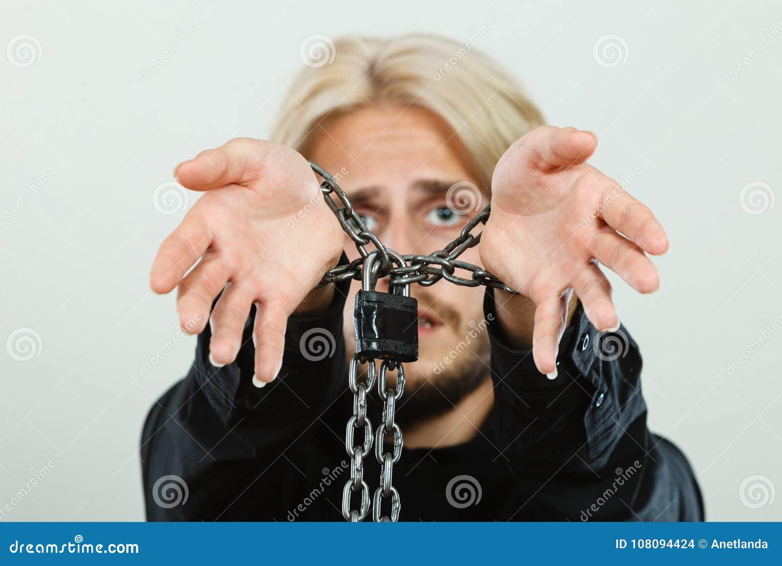 Homem triste com mãos acorrentadas, nenhuma liberdade