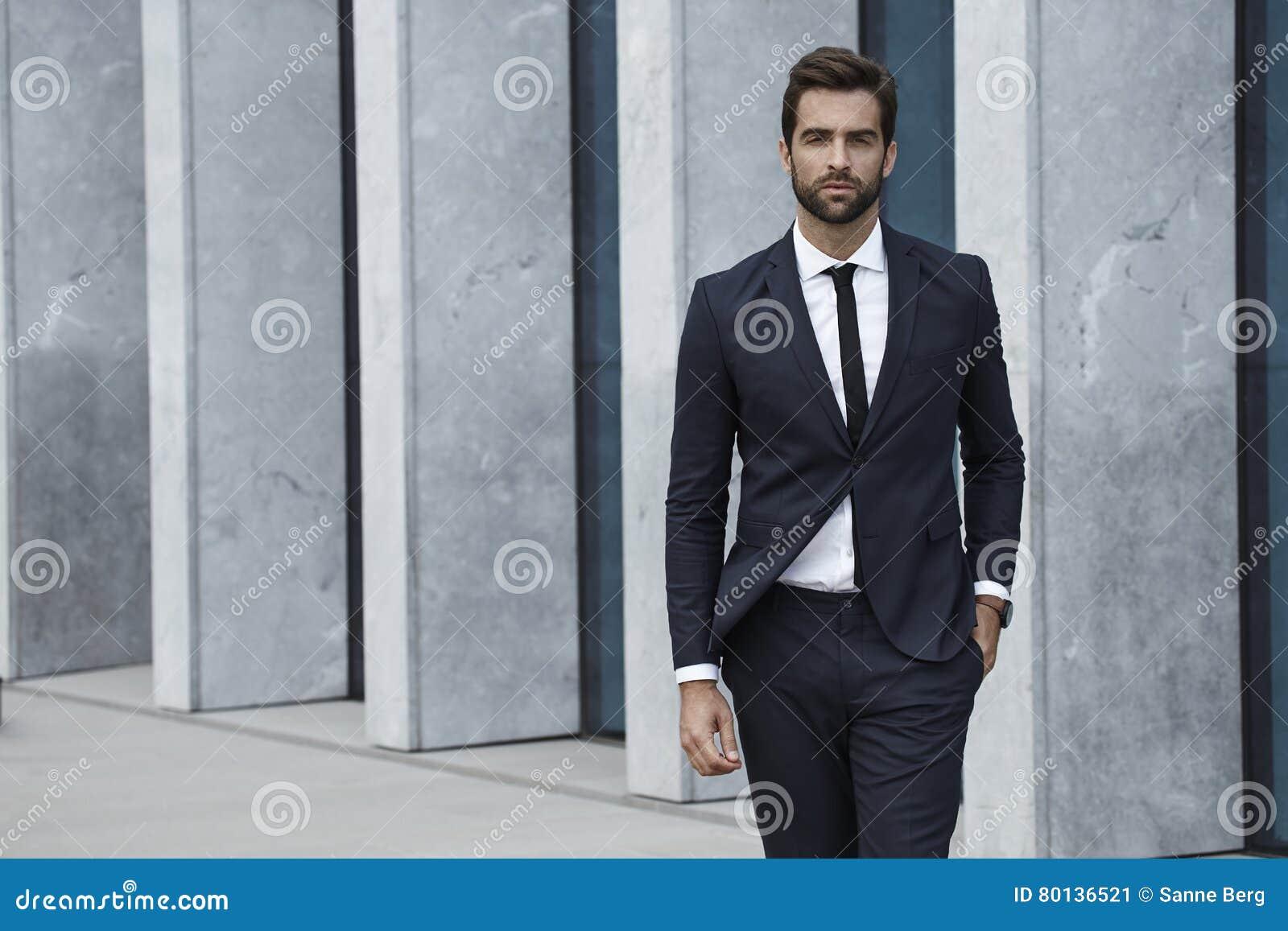 Homem vestido Sharp no terno de negócio