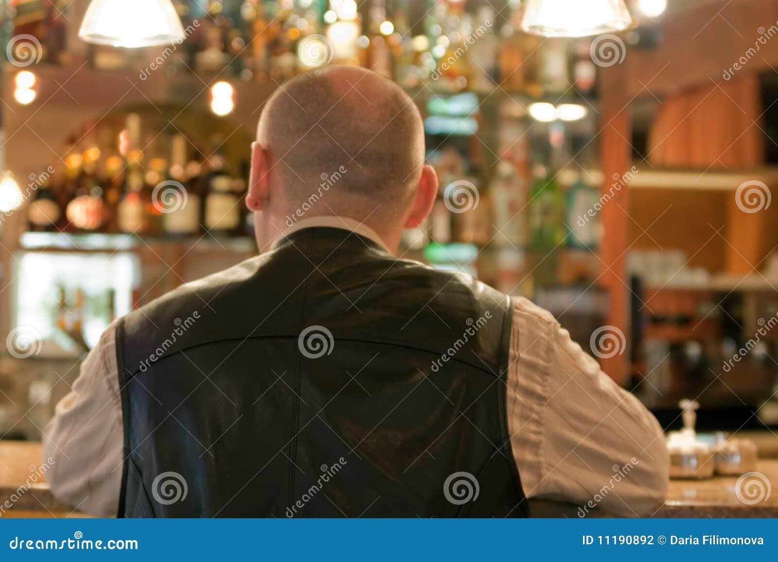 Homens adultos no quarto do café