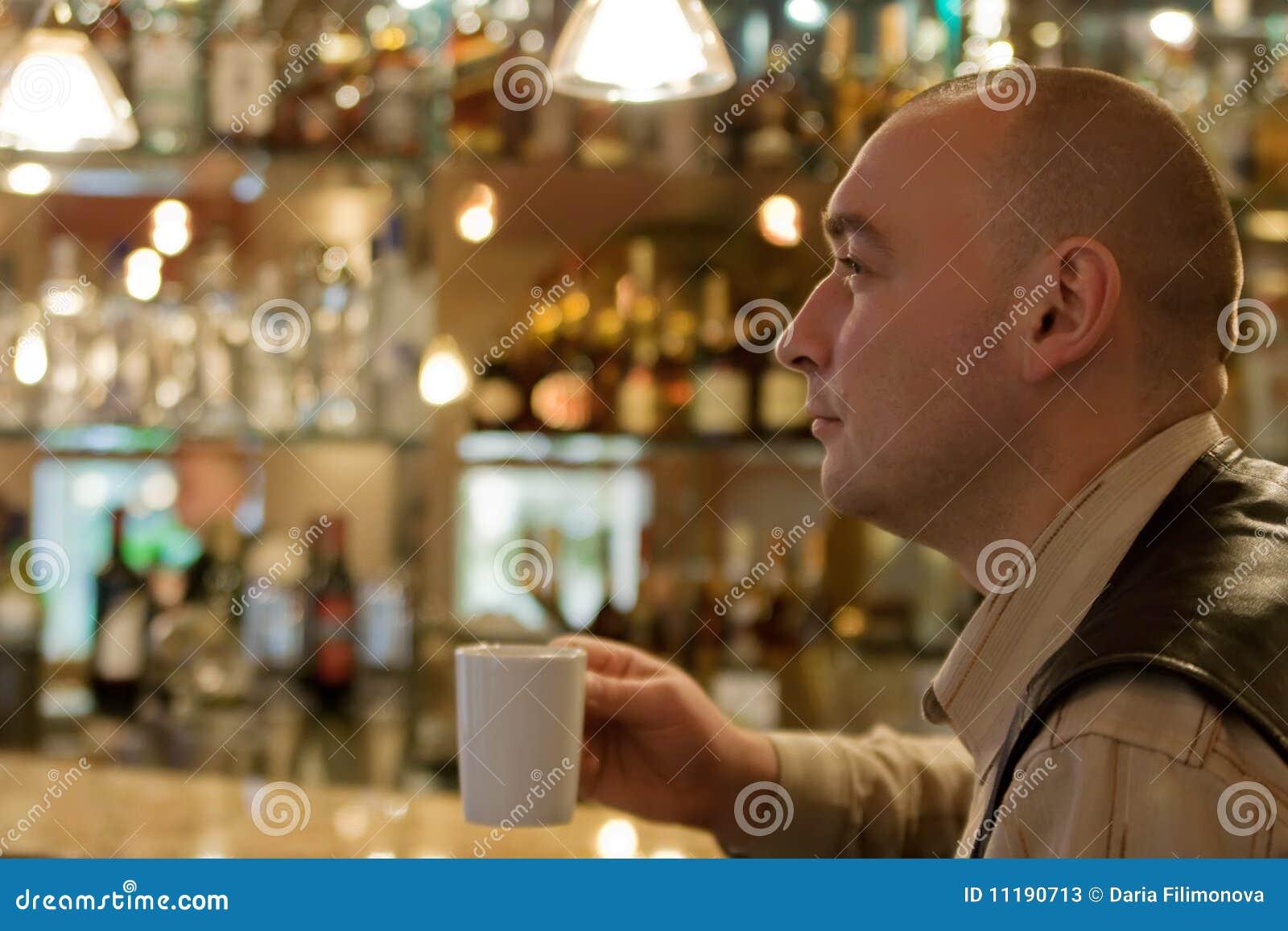 Homens agradáveis que sentam-se no coffee-room