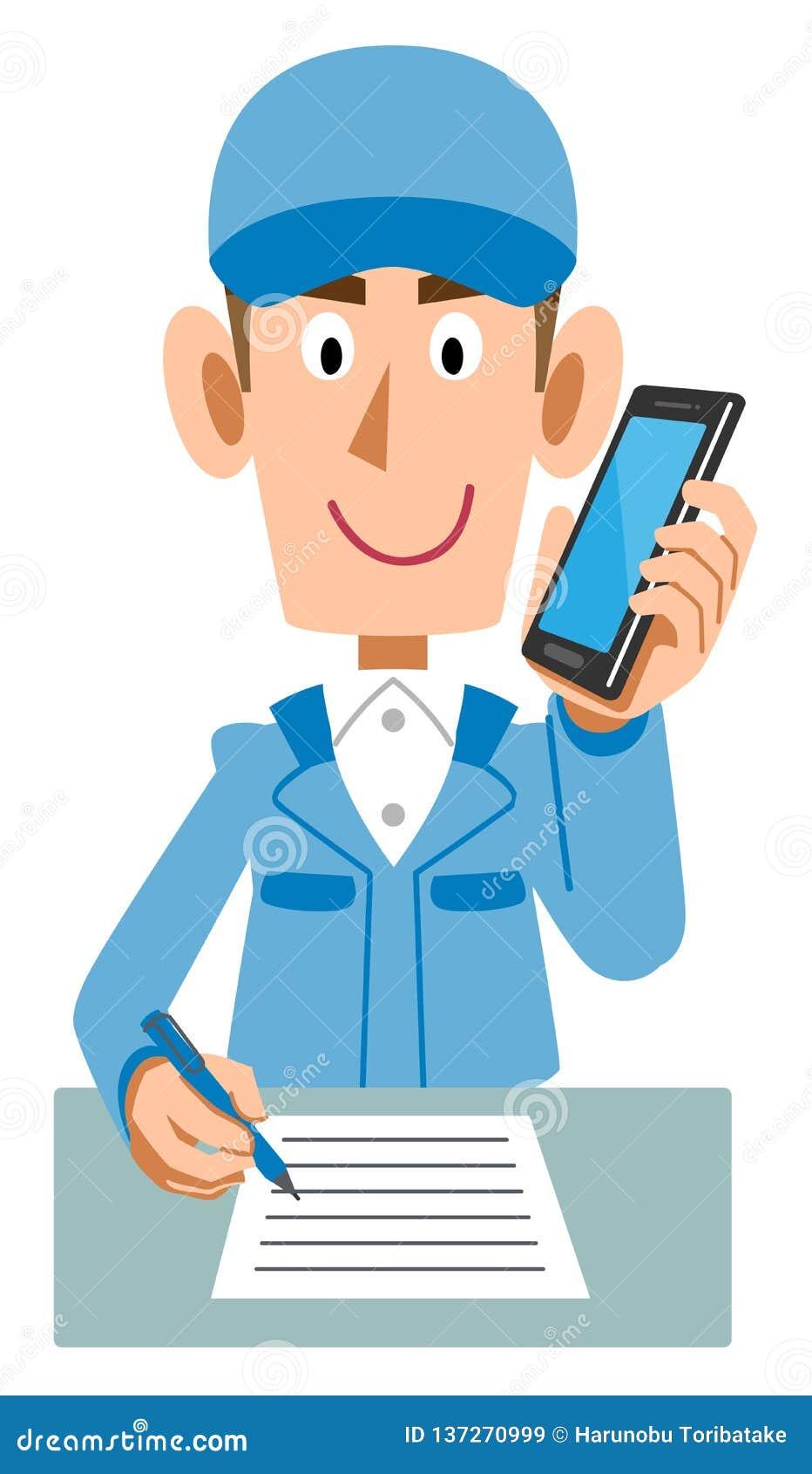 Homens azuis da roupa de trabalho que escrevem a escrita ao falar no telefone celular