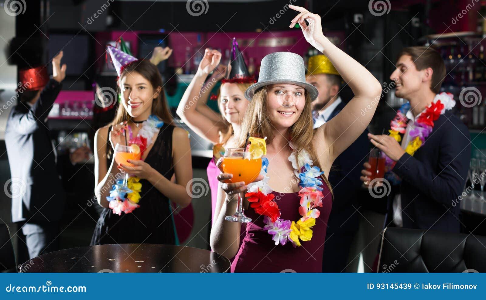 Homens contentes e mulheres que comemoram o aniversário