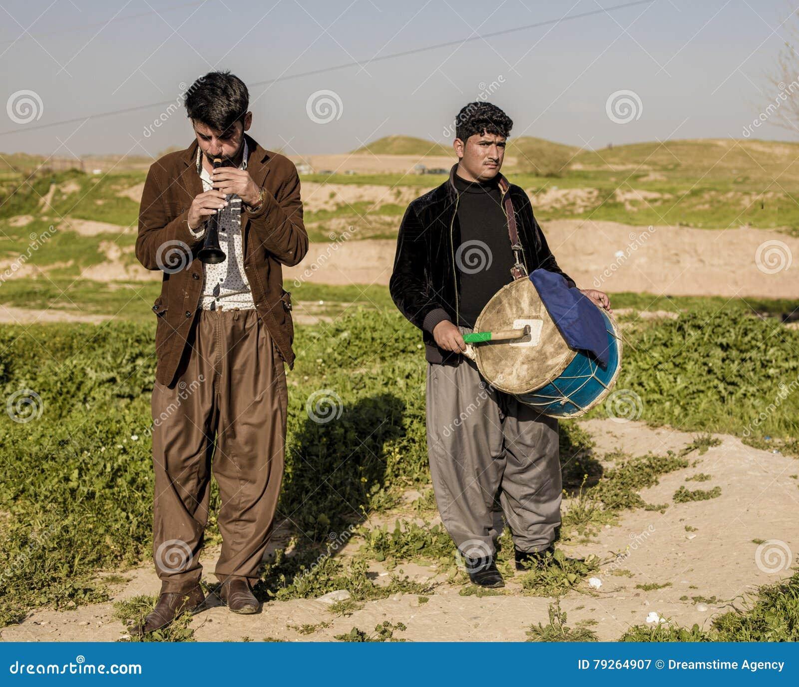 Homens curdos que jogam a música