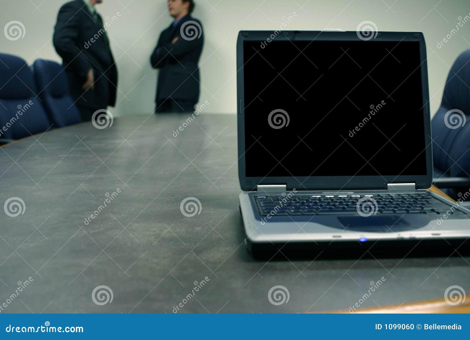Homens de negócio com portátil