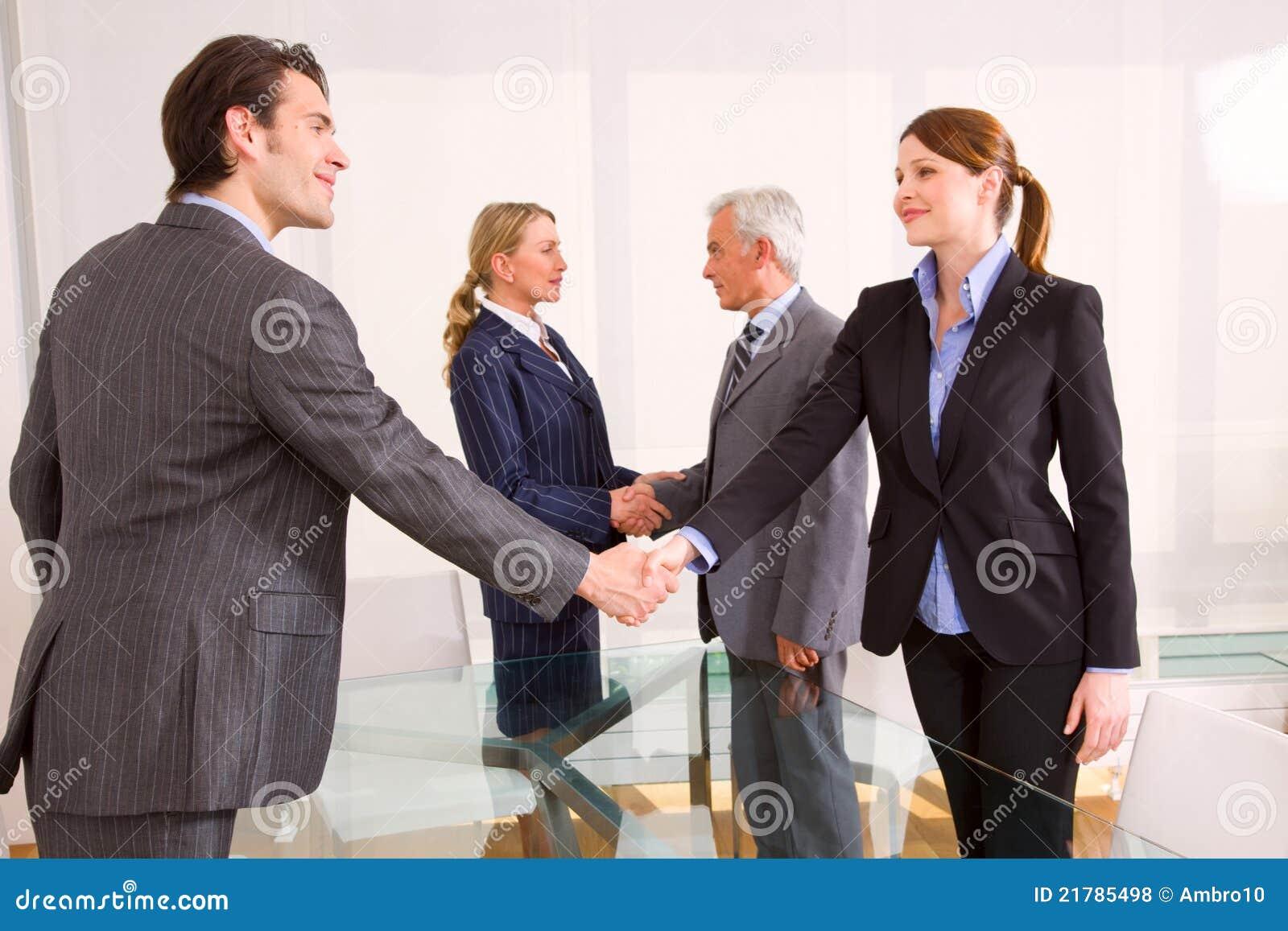 Homens de negócios e mulheres de negócios