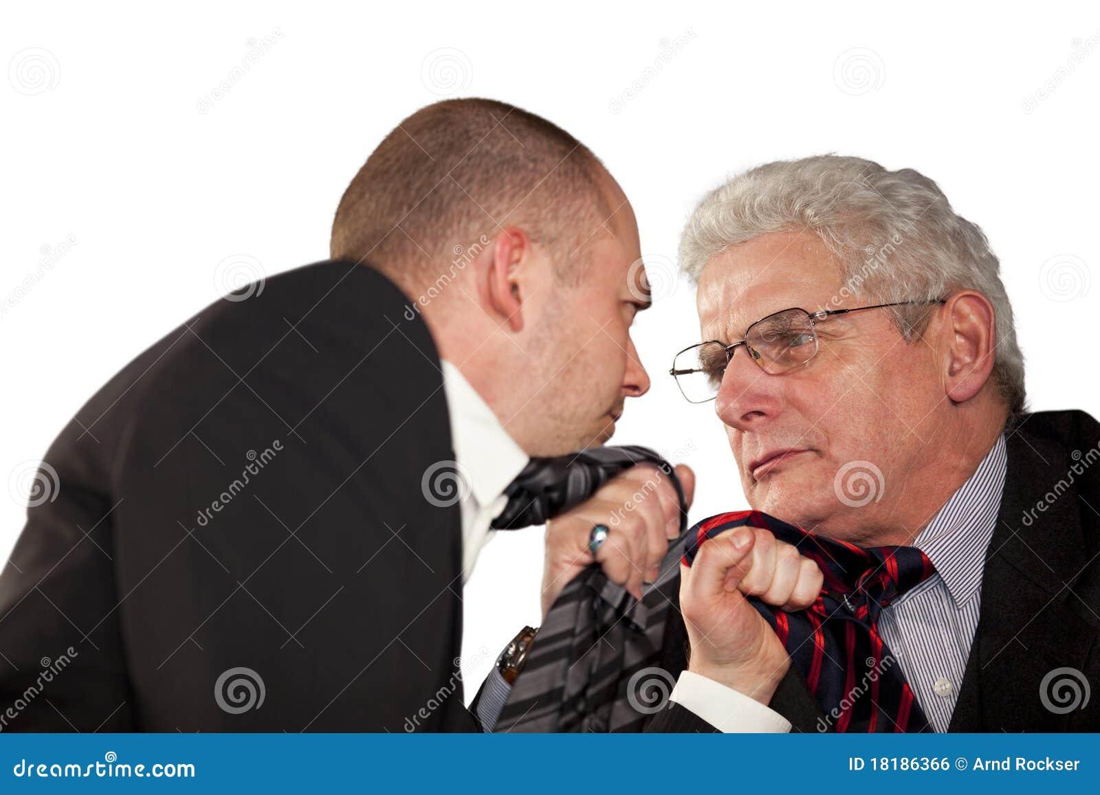 Homens de negócios irritados que rasgam em seus laços