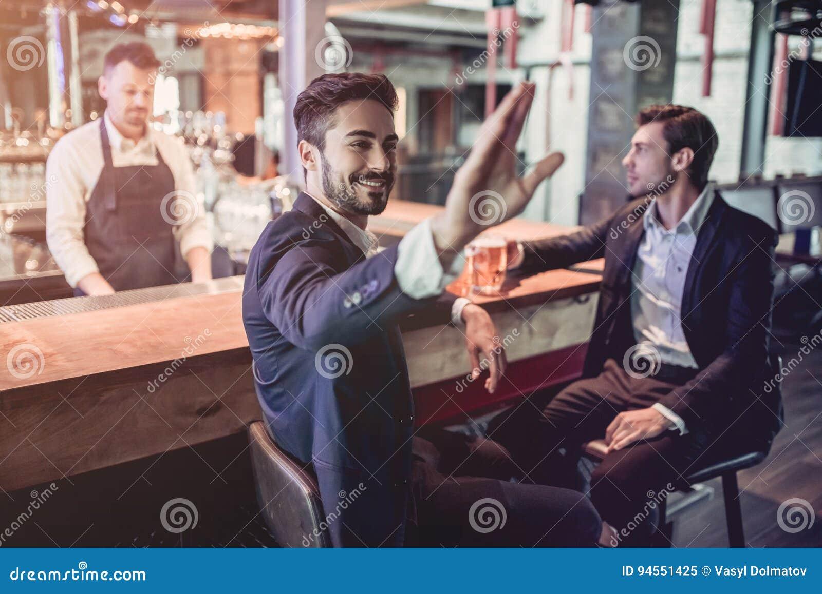 Homens de negócios na barra