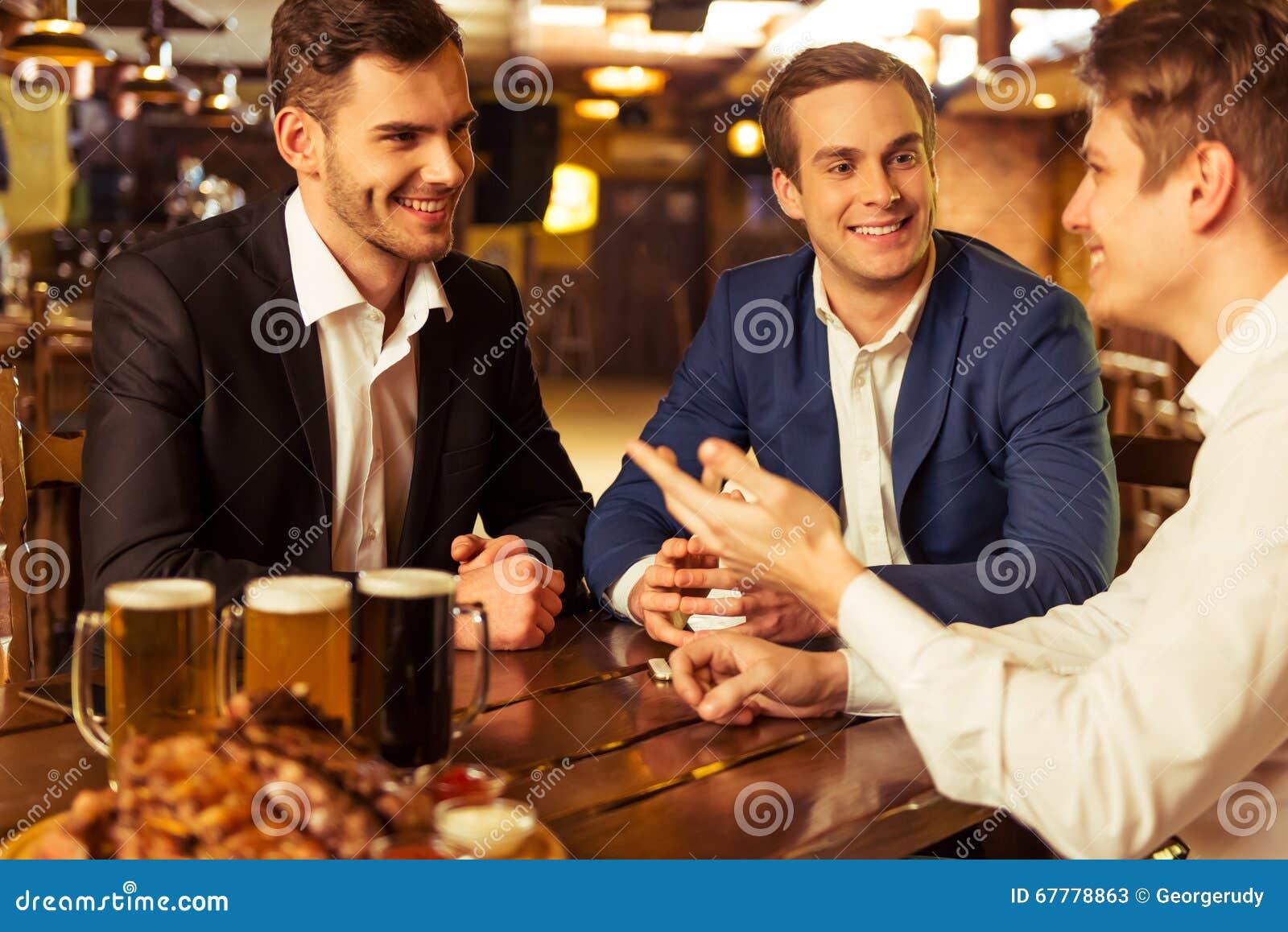 Homens de negócios no bar