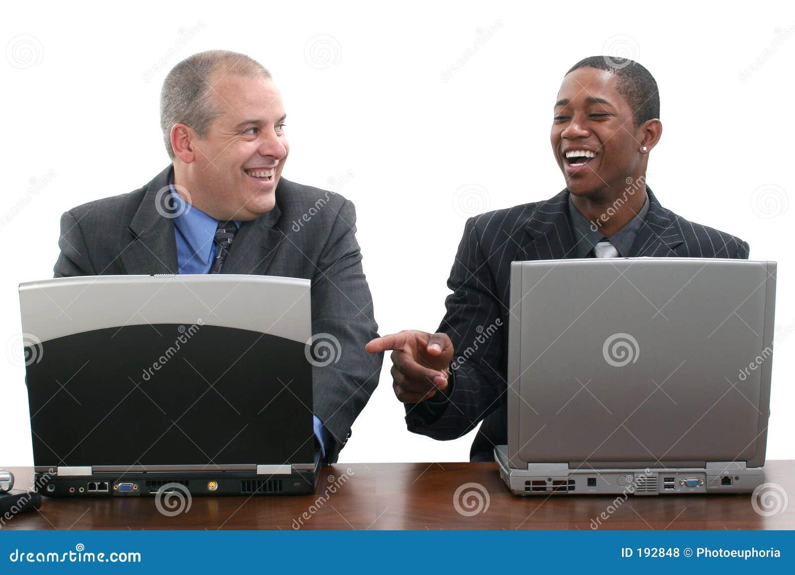 Homens de negócios que trabalham junto