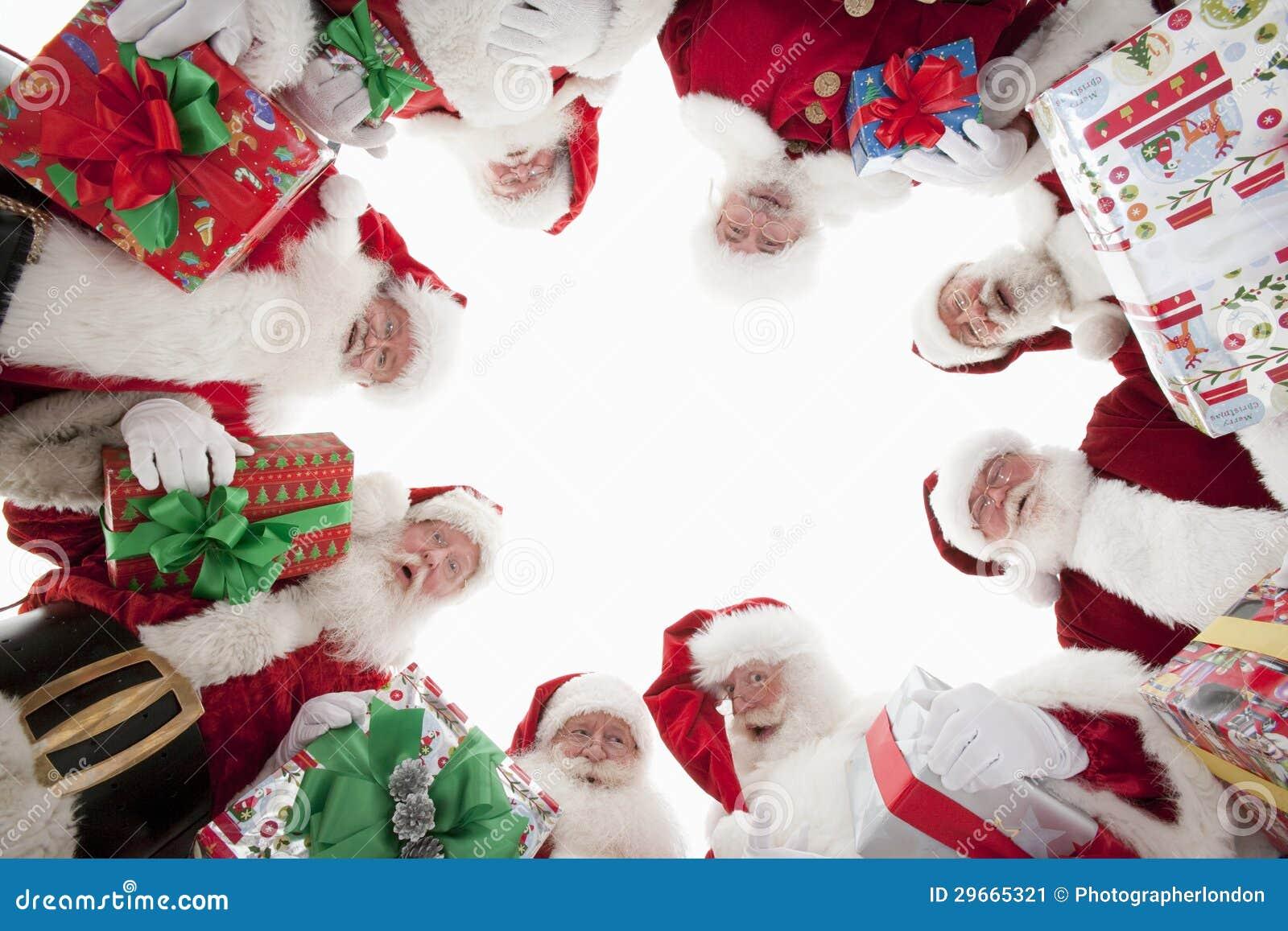 Homens em Santa Claus Outfits Forming Huddle