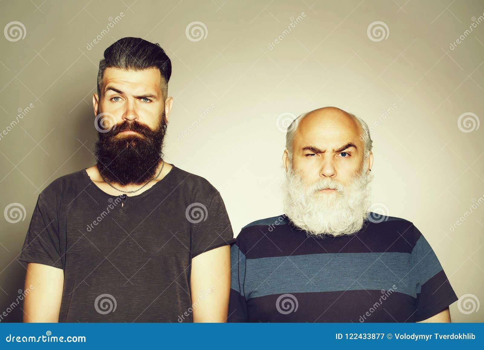 Homens farpados idosos e novos