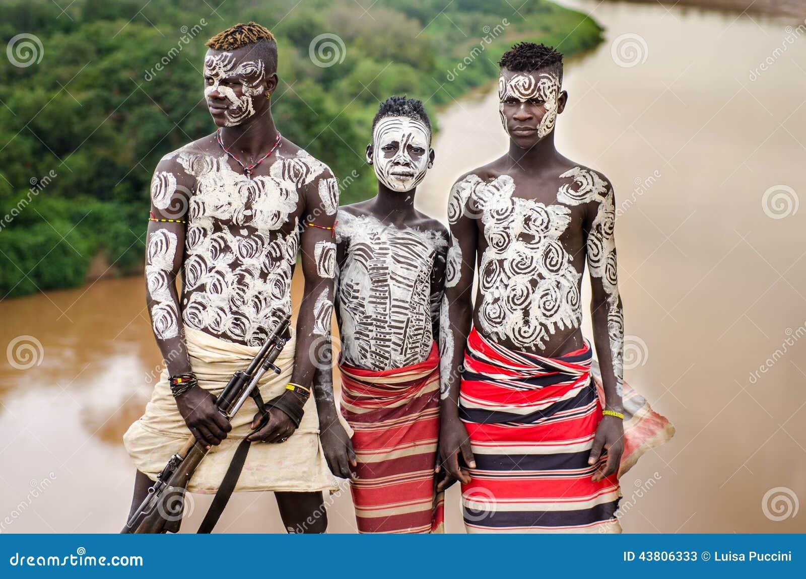 Extremamente Homens Novos De Thre Do Tribo De Karo, Vale De Omo Foto de Stock  DJ82