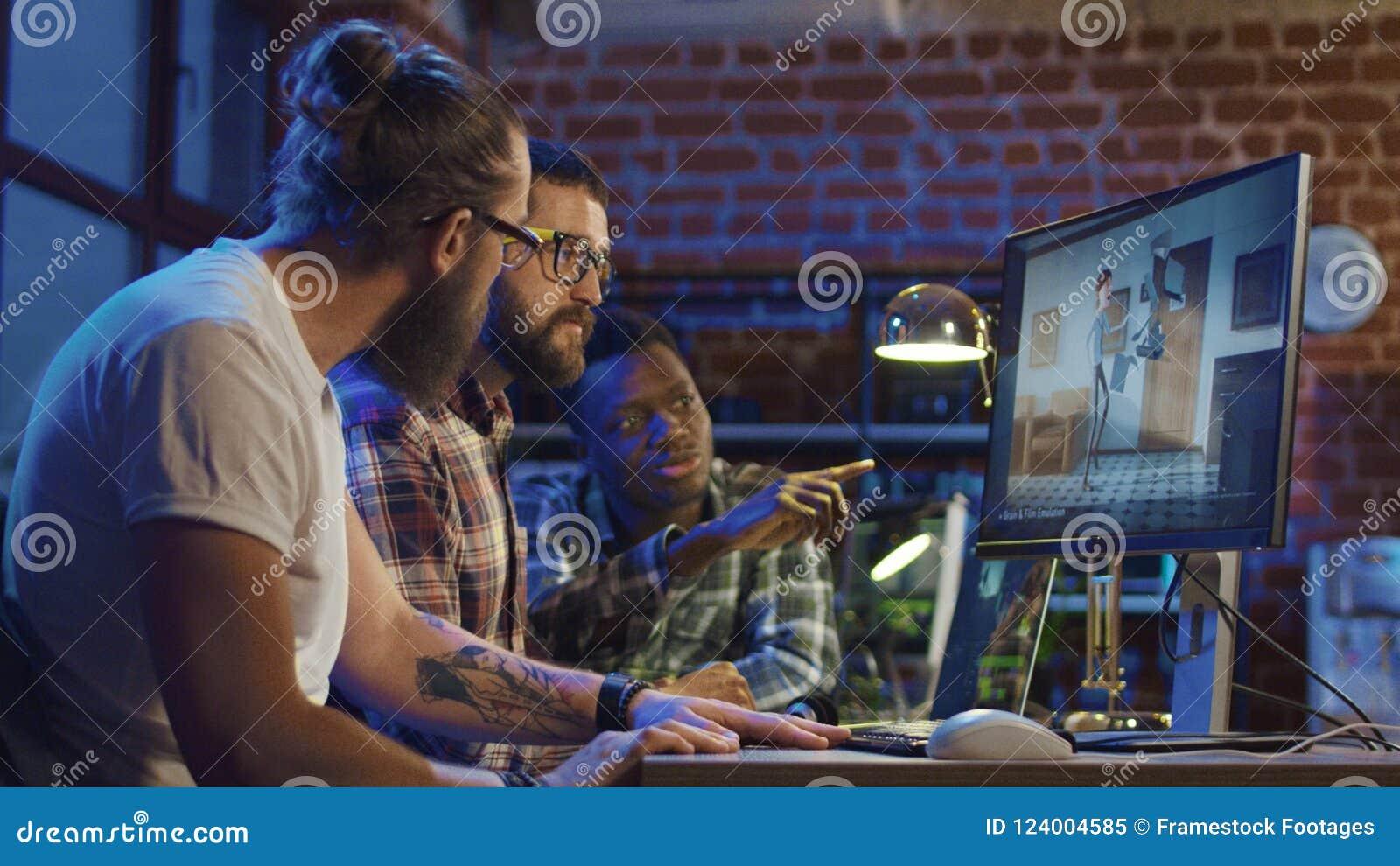 Homens que criam desenhos animados no computador