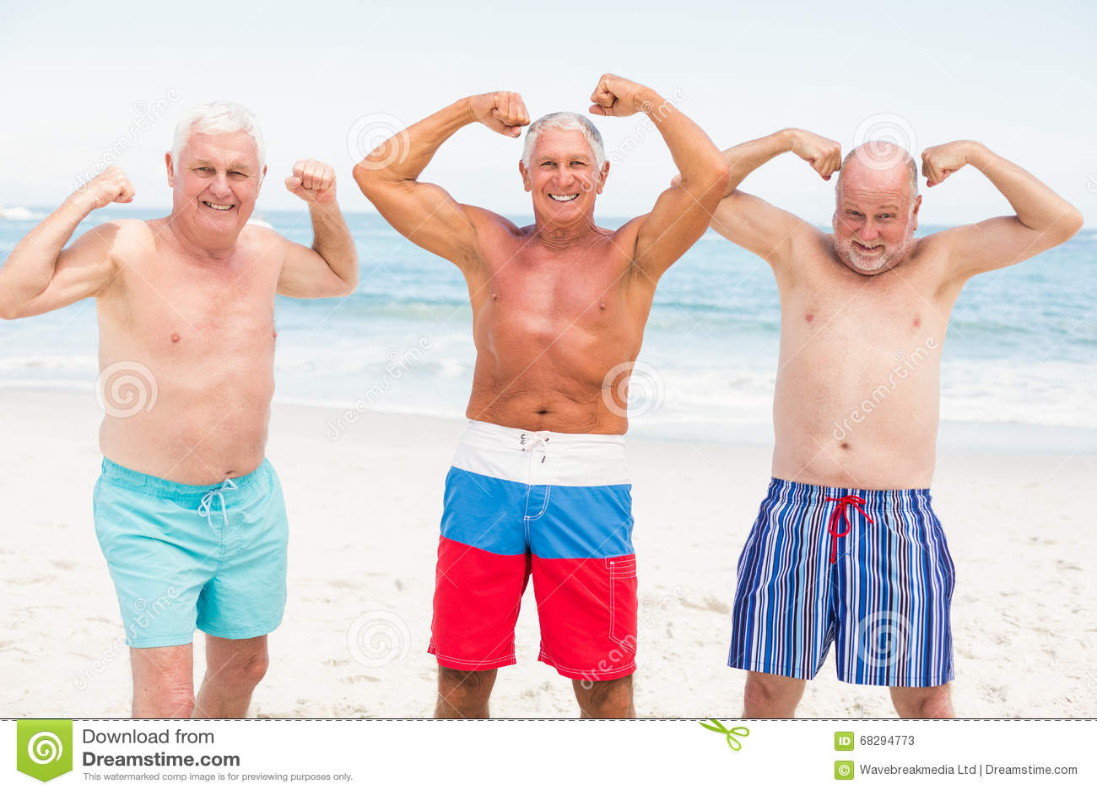 Homens superiores que levantam com seus músculos