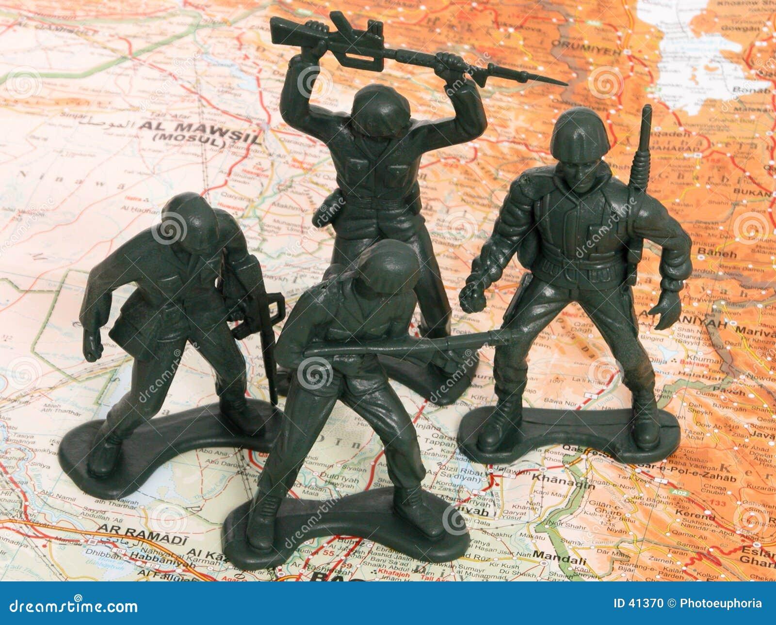 Homens verdes do exército do brinquedo em Iraque