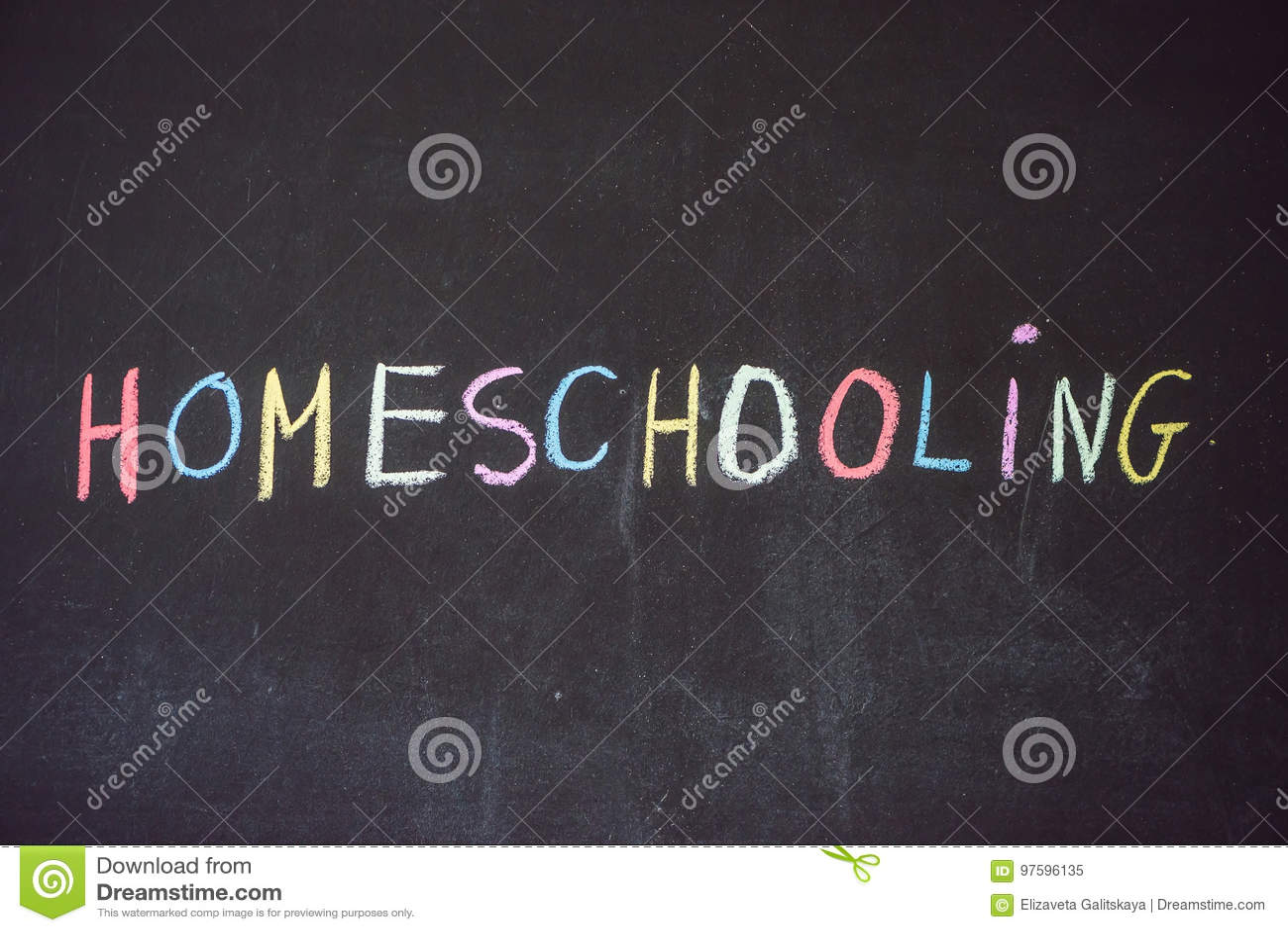 Homeschooling Kind, das auf Wort Homeschooling auf einem blackbo zeigt
