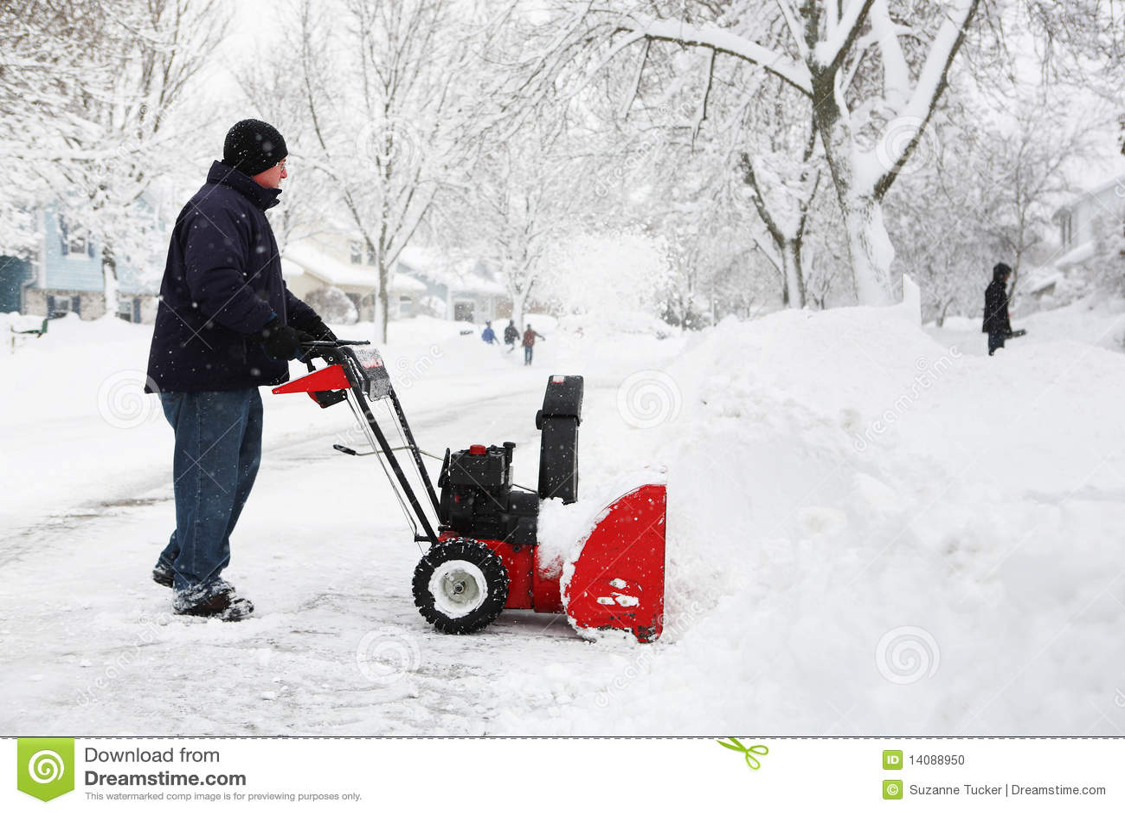 Homme à l aide d une souffleuse de neige