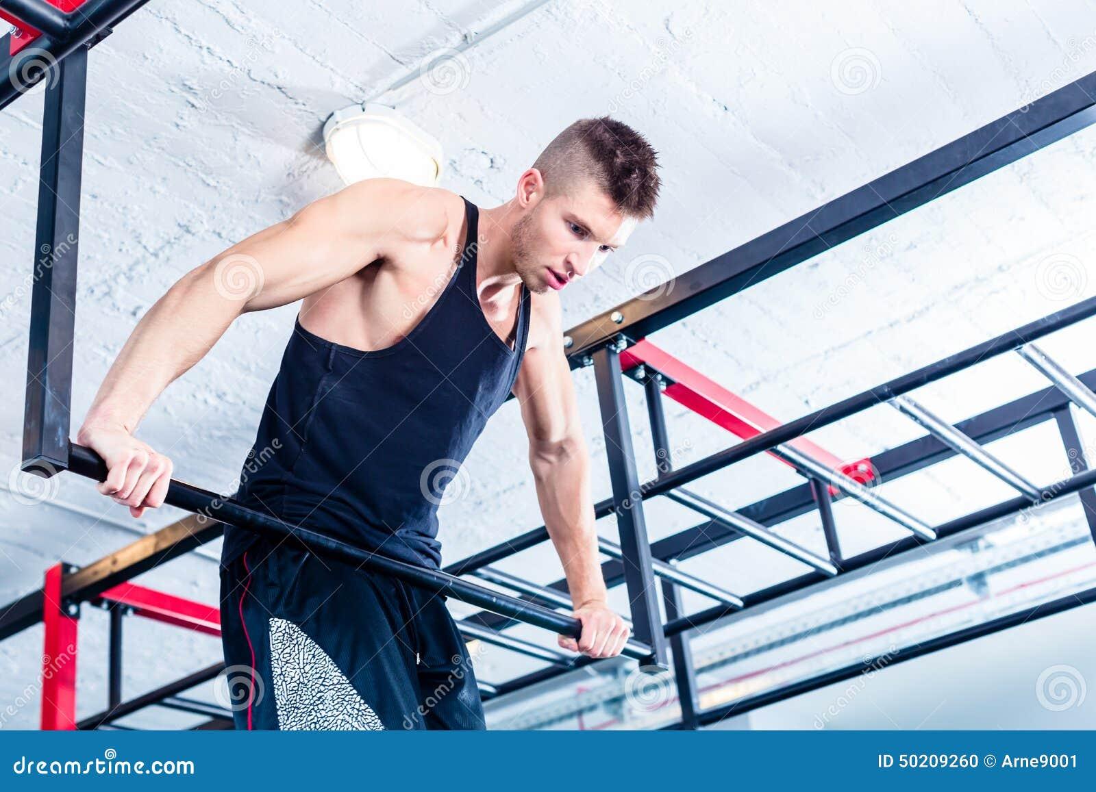 Homme à la gymnastique suédoise de style libre s exerçant dans le gymnase