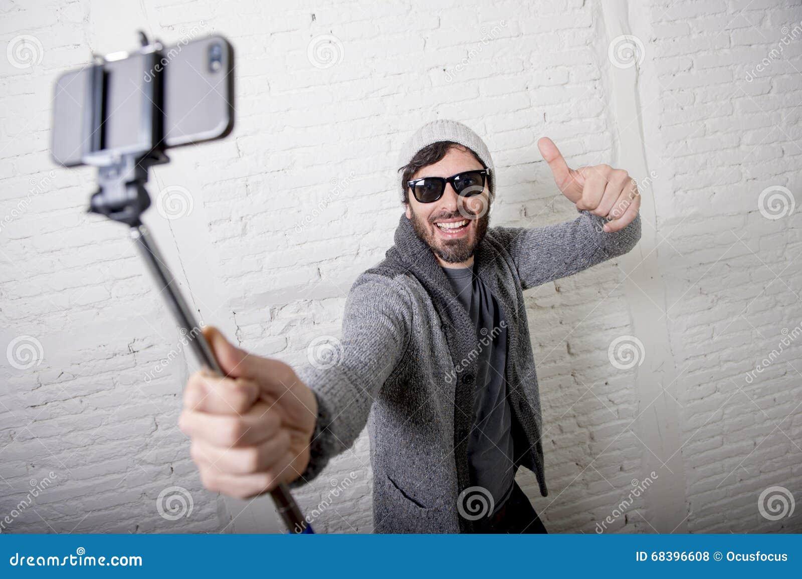 Homme à la mode de blogger de jeune hippie jugeant le selfie d enregistrement de bâton visuel dans le concept de vlog
