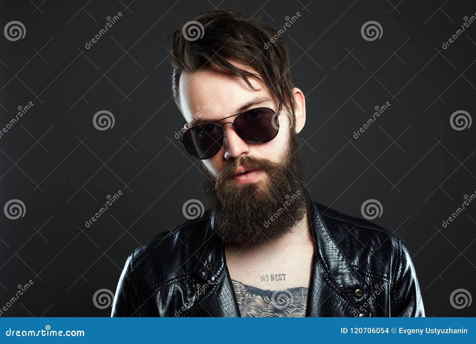 fd6378ec37a2e Homme à La Mode De Hippie Avec Le Tatouage Et Les Lunettes De Soleil ...