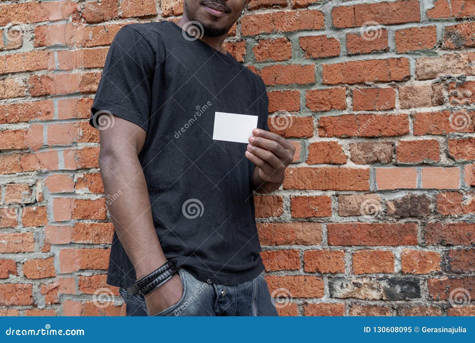 Fermez Vous Du Jeune Homme A La Peau Foncee Attirant Dans BlackT Chemise Montrant Carte De Visite Professionnelle Vierge Lappareil Photo