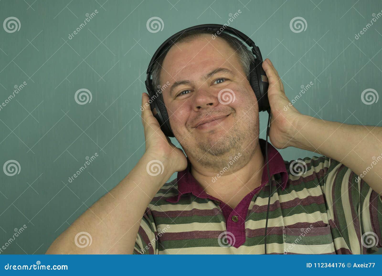 Homme écoutant la musique sur des écouteurs