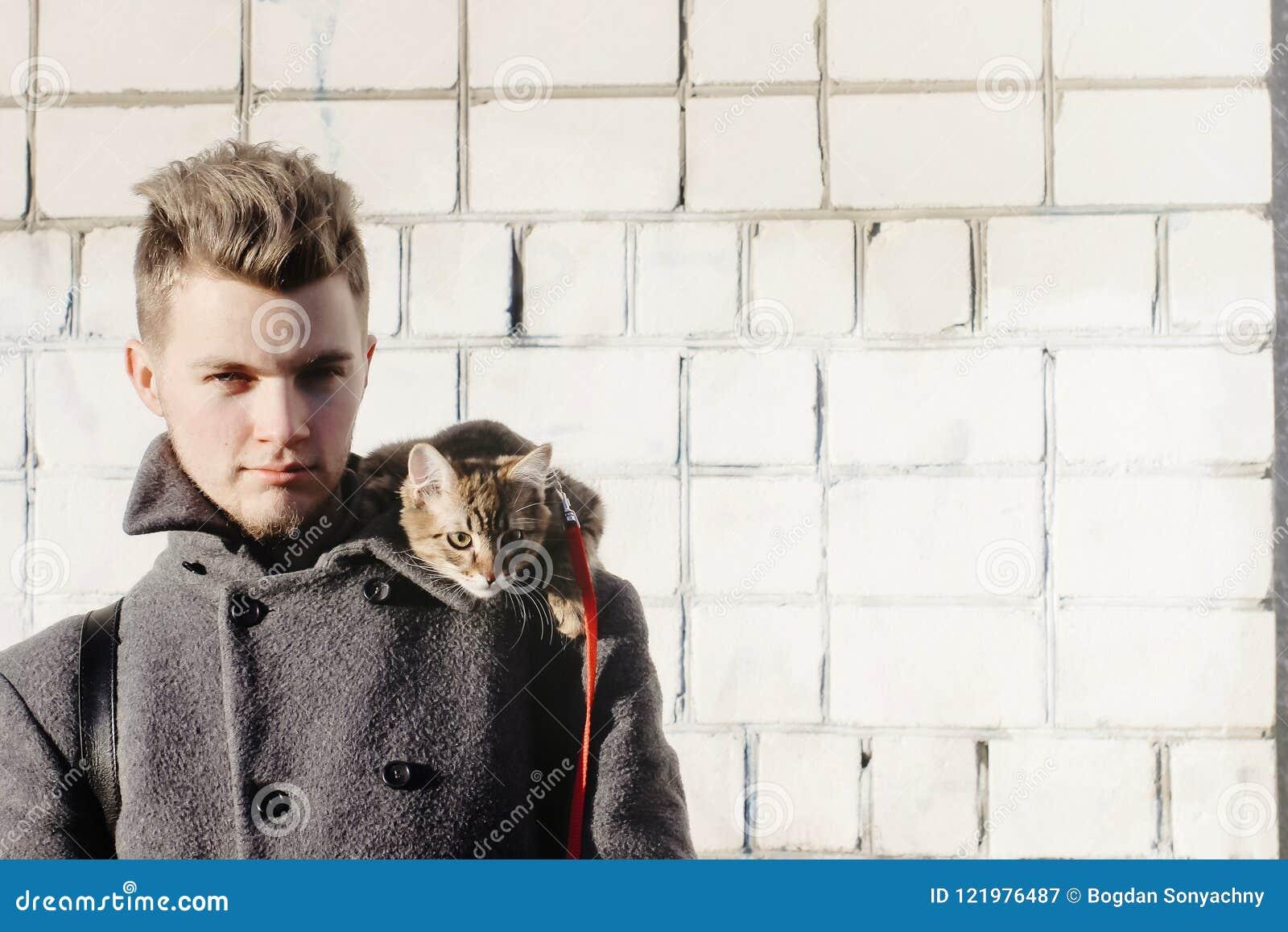 Homme Elegant Avec Le Minou Mignon Sur L Epaule Posant Sur Le Fond