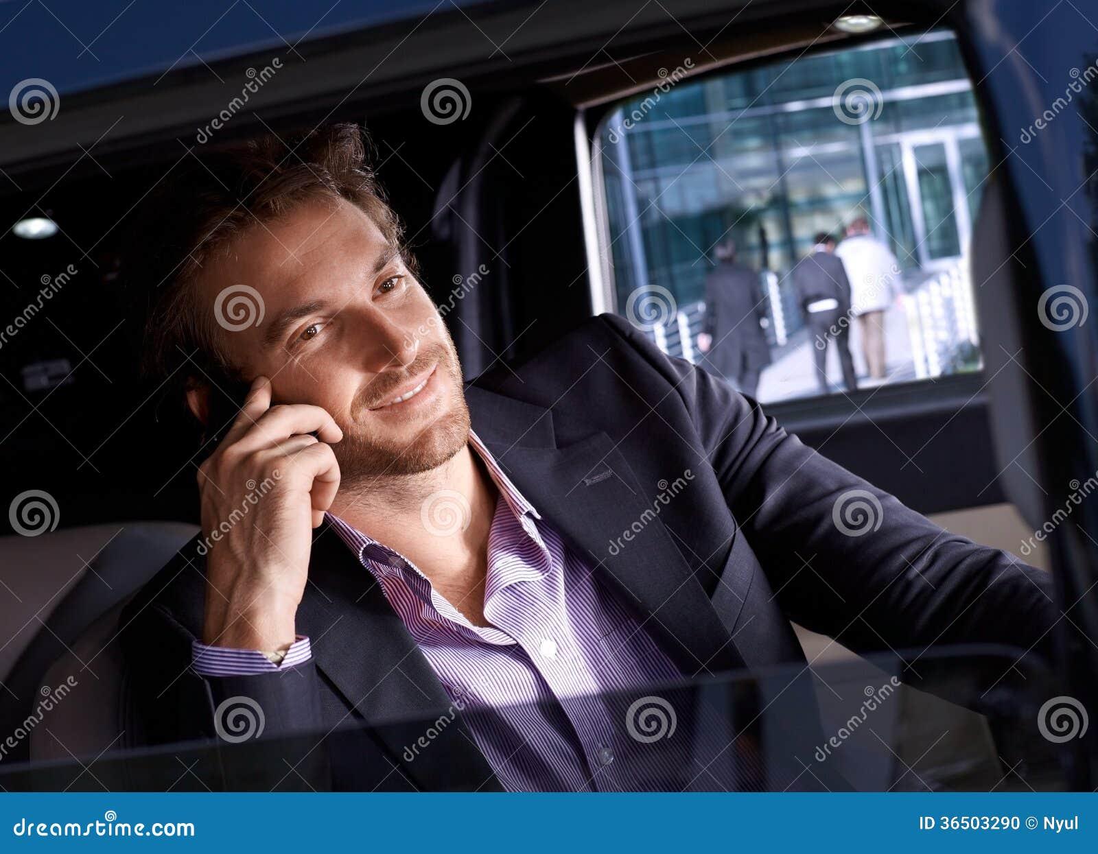 Homme élégant dans le sourire de luxe d automobile