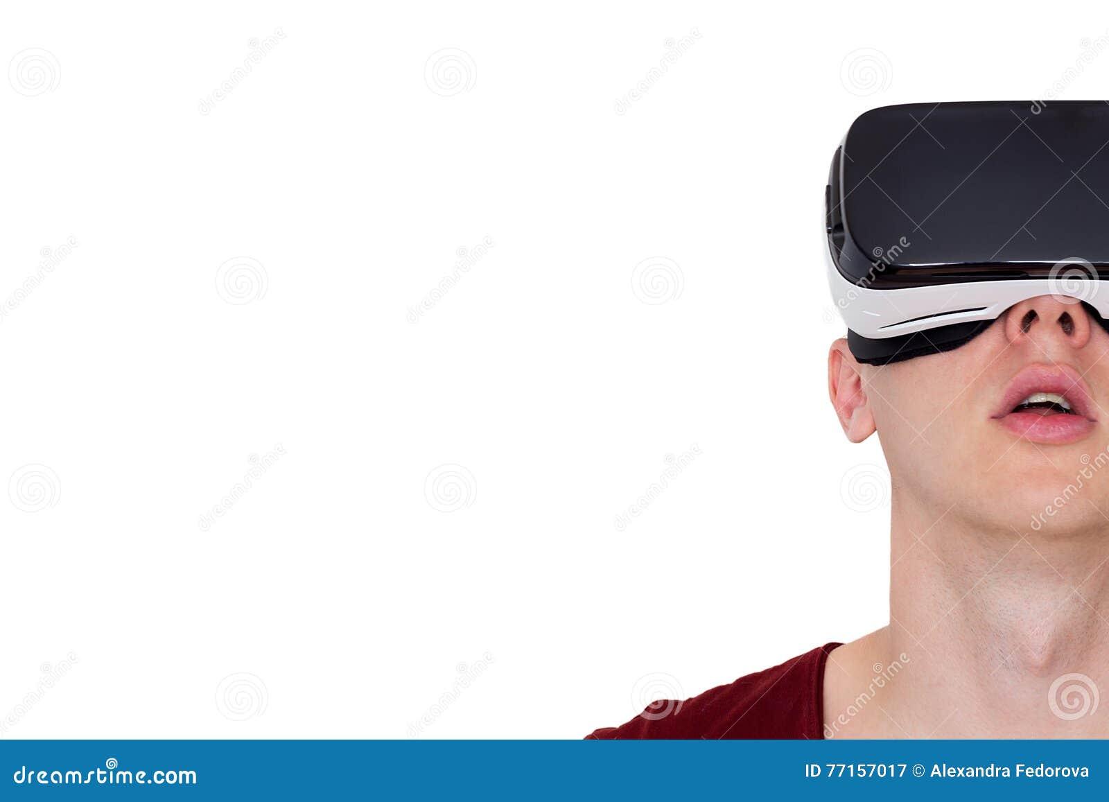 Homme étonné employant la vue de face en verre futés