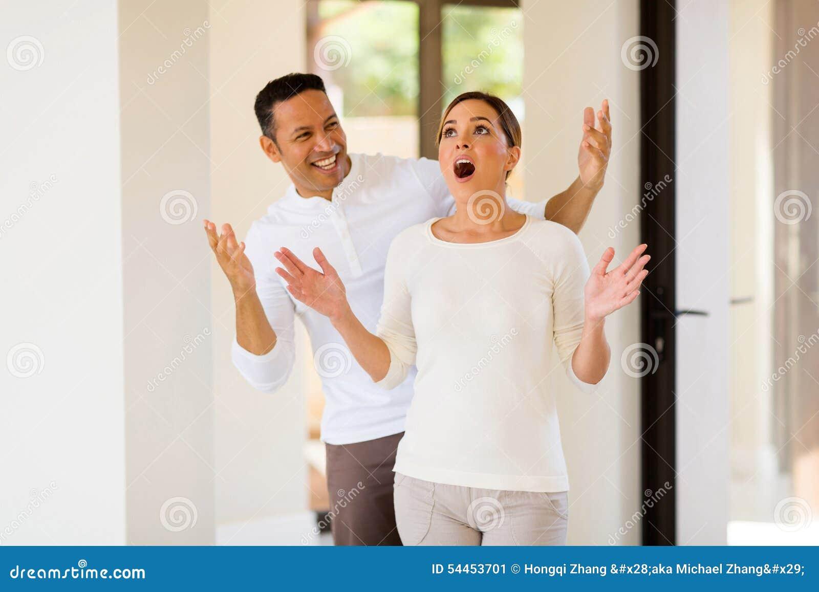 Homme étonnant son épouse