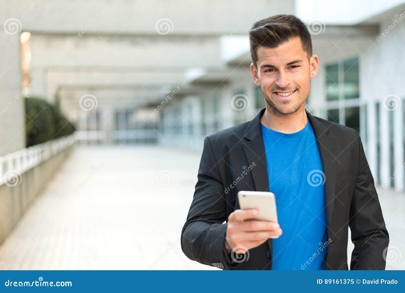 Homme étroit avec un téléphone portable