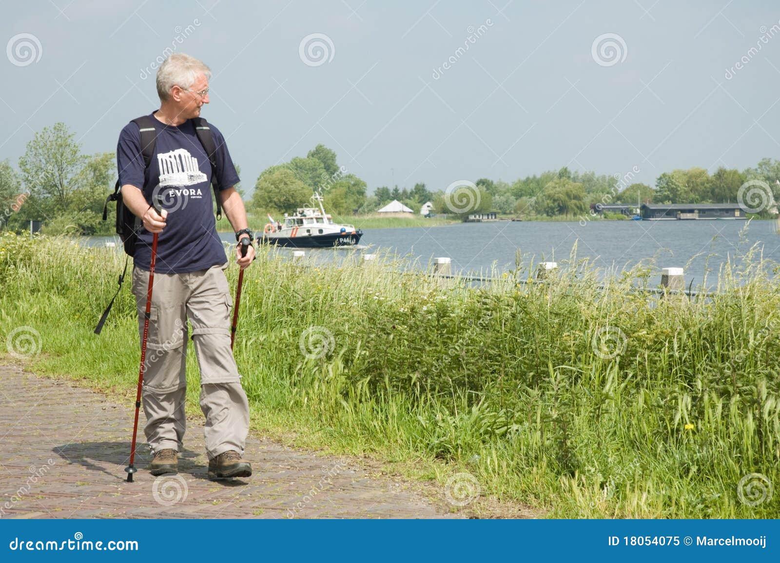 Homme aîné actif