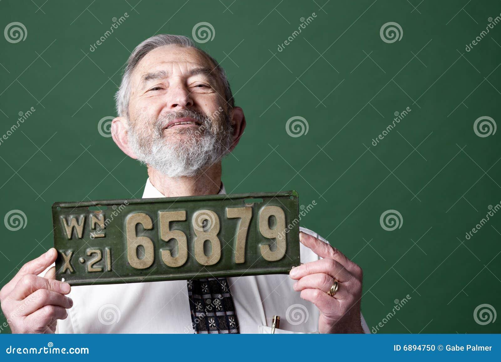 Homme aîné avec la plaque minéralogique