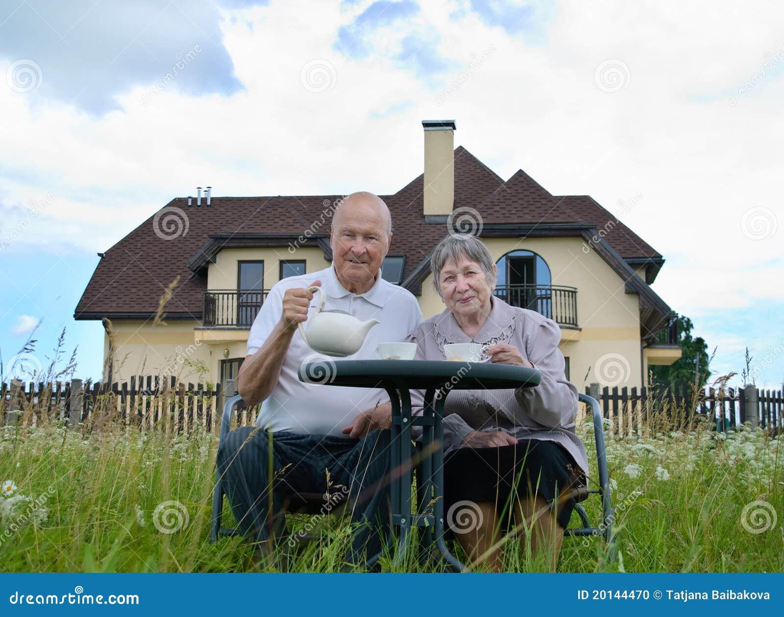 Homme aîné et femme heureux