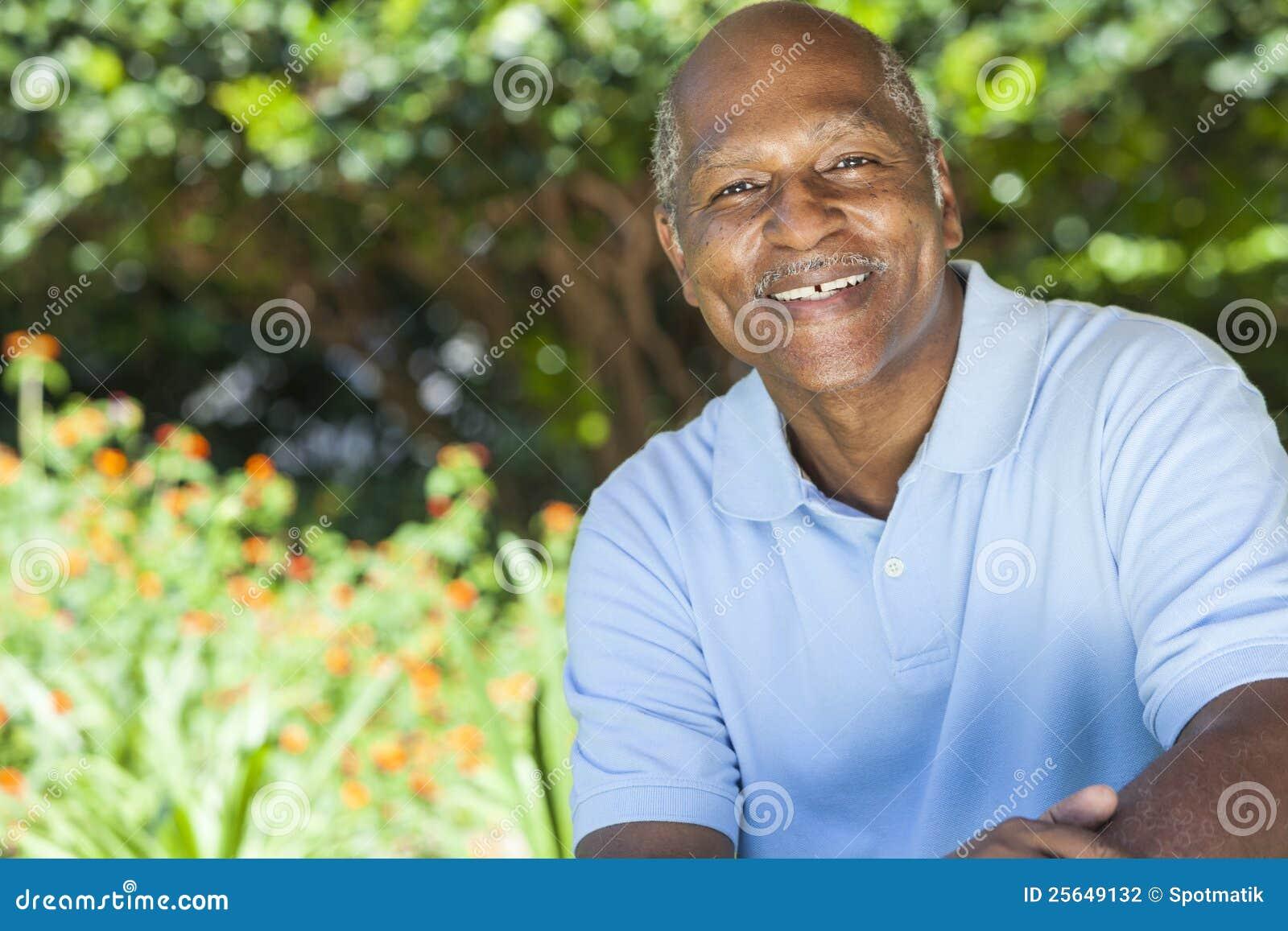 Homme aîné heureux d Afro-américain