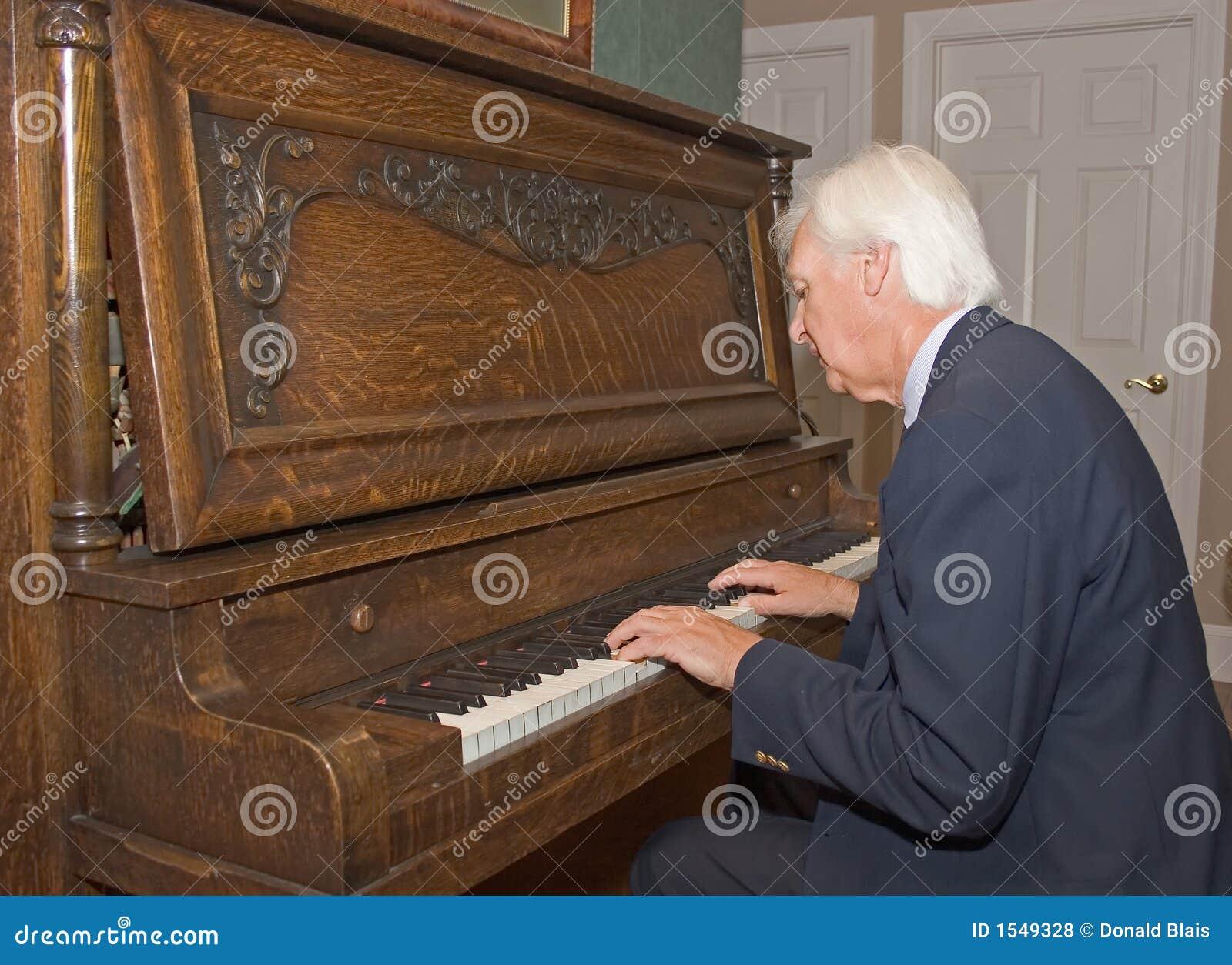 Homme aîné jouant le piano